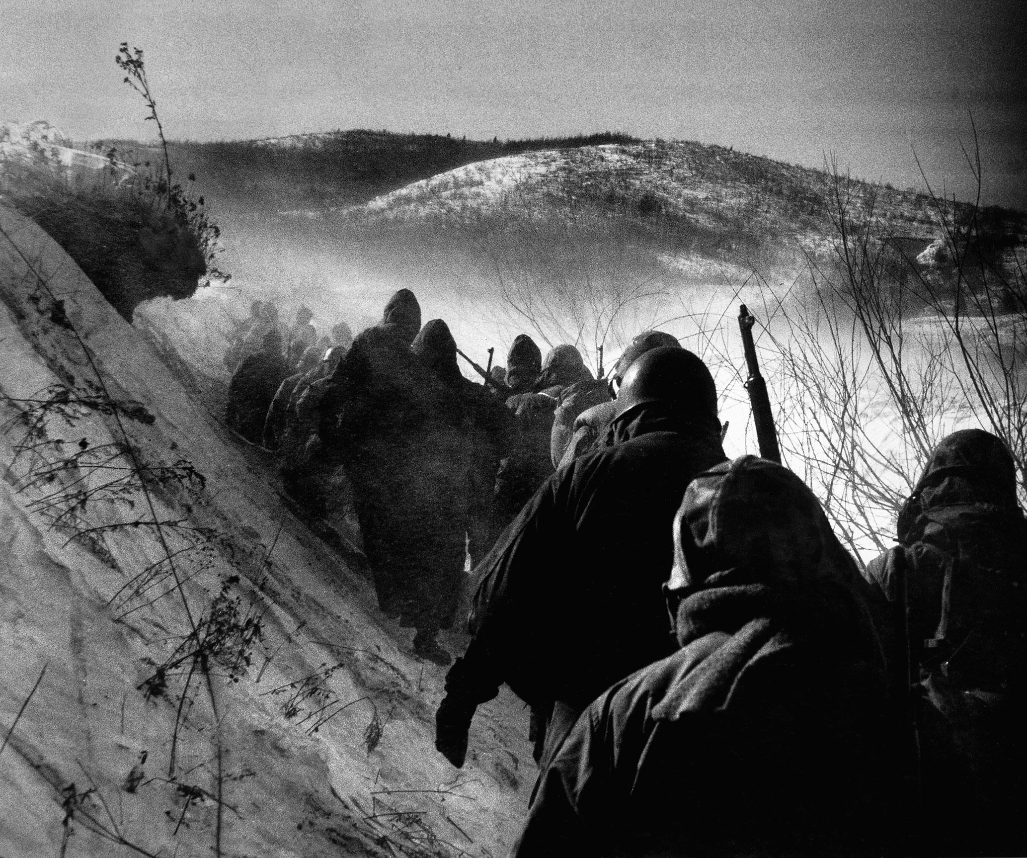 Marines retreat from the Chosin Reservoir, Korea, 1950.