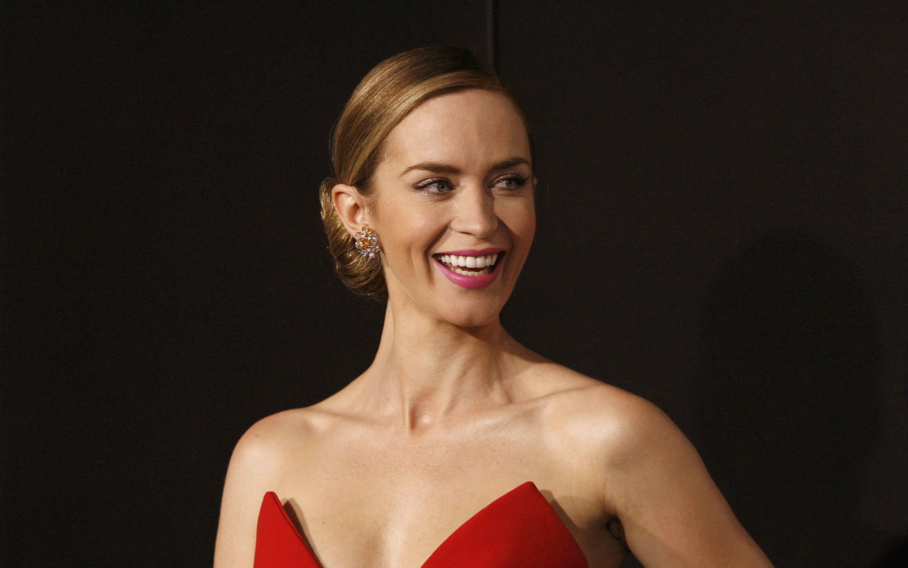 Actress Emily Blunt attends the  Edge Of Tomorrow  red carpet repeat fan premiere tour at AMC Loews Lincoln Square on May 28, 2014 in New York City.