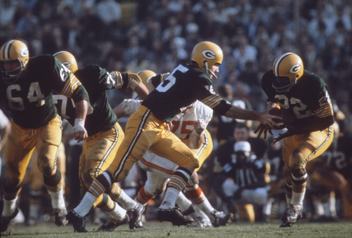 Elijah Pitts #22 of the Green Bay Packers takes the hand off from quarterback Bart Starr #15 against the Kansas City Chiefs during Super Bowl I on Jan. 15, 1967, at the Los Angeles Coliseum in Los Angeles