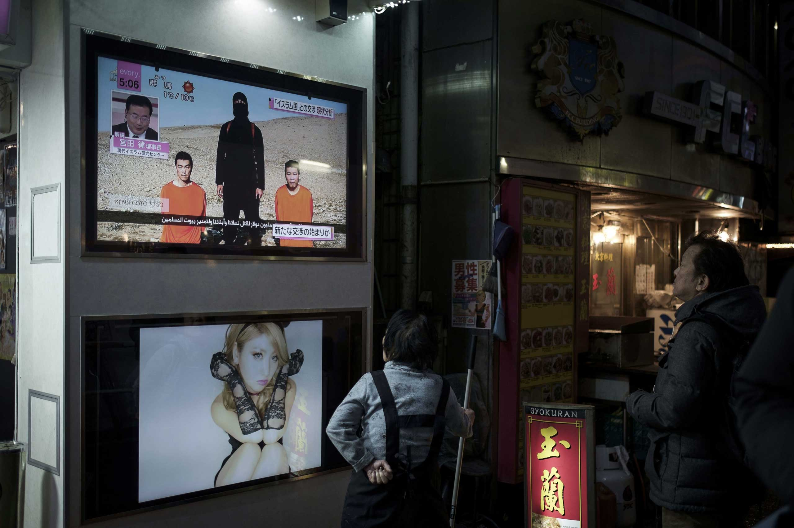 People in Tokyo watch news on the Japanese ISIS hostages, Jan. 23, 2015.