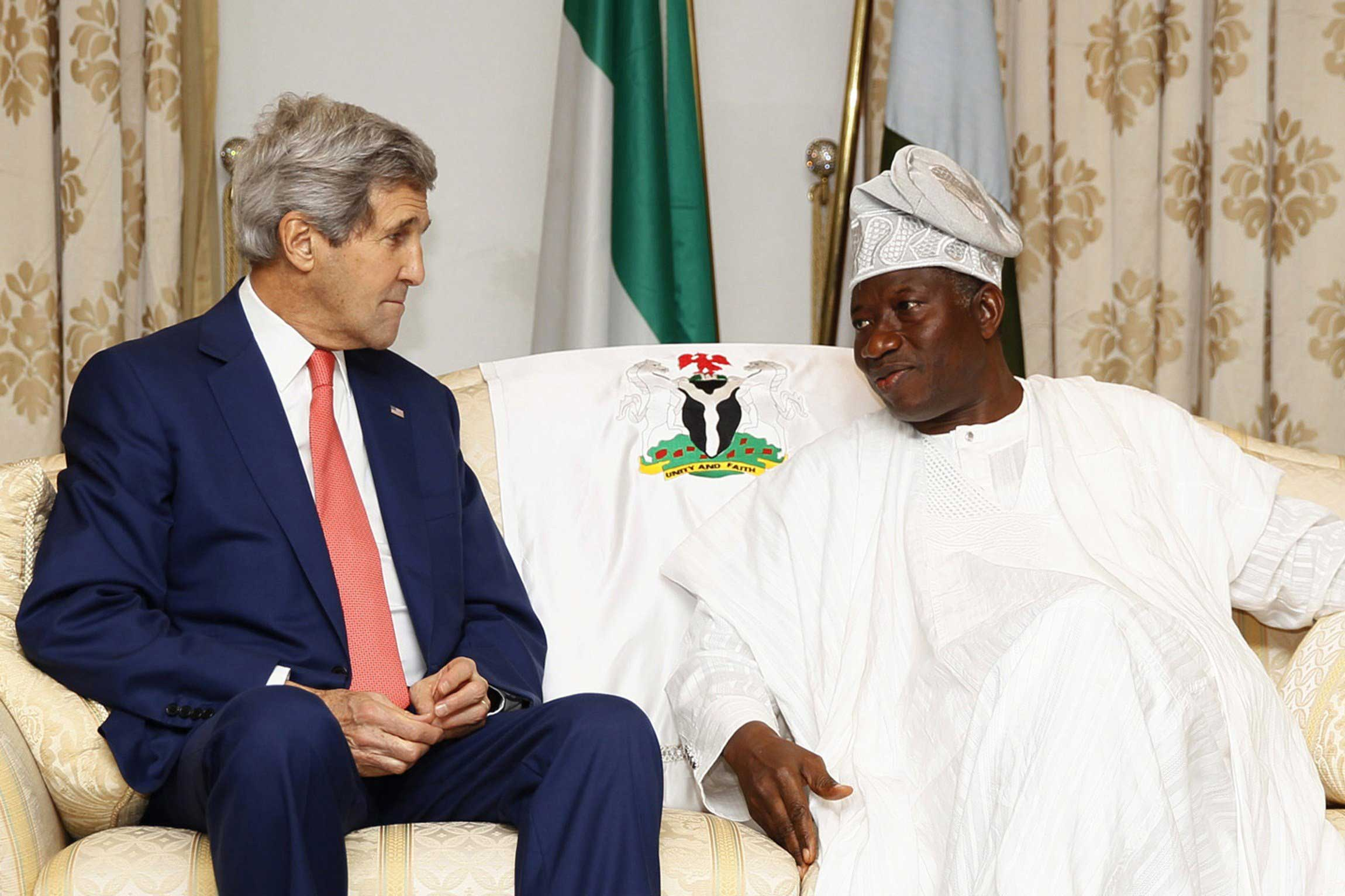 US Secretary of State John Kerry (L) meets with Nigeria's President Goodluck Jonathan to discuss peaceful elections at the State House in Lagos, Nigeria on Jan. 25, 2015.