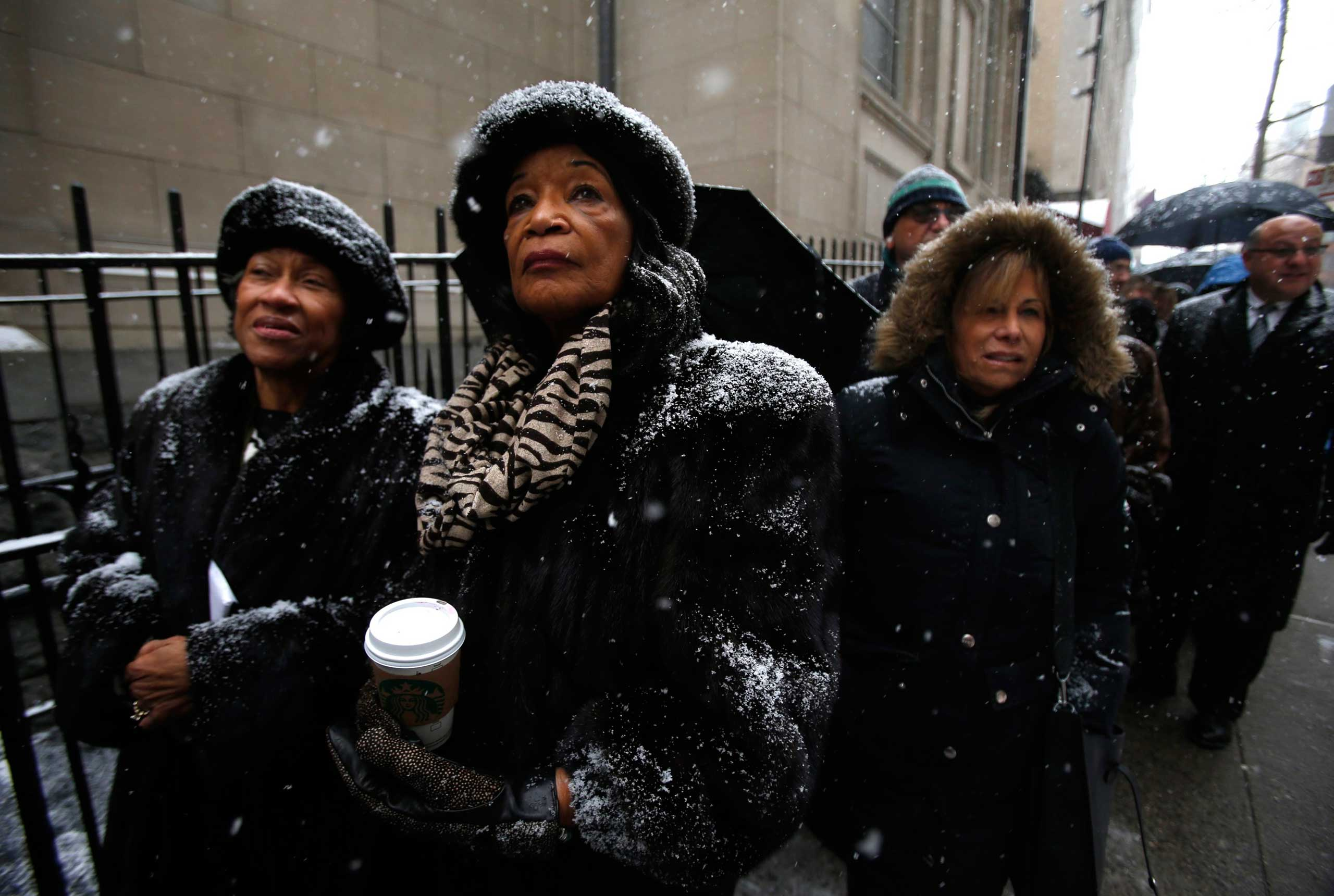 Mourners wait in line in the snow to enter St. Ignatius Loyola Church before the funeral service for former New York Governor Mario Cuomo in New York on Jan. 6, 2015.