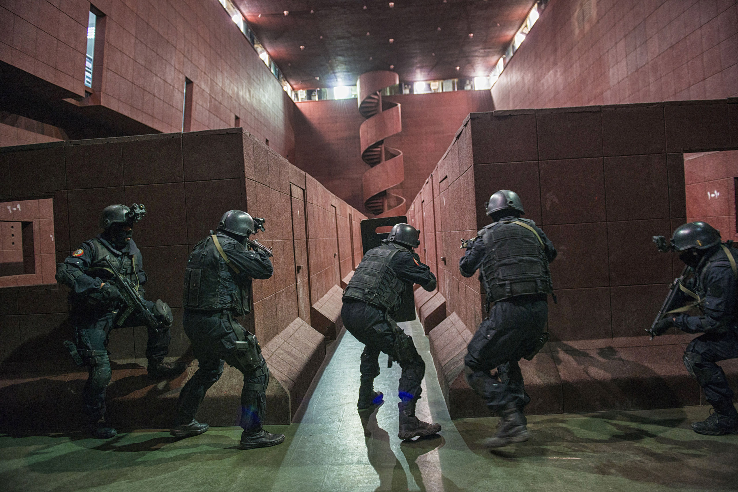 Saudi Special Security Forces perform a simulated raid on a terrorist compound at an indoor shooting range, March 5, 2013.