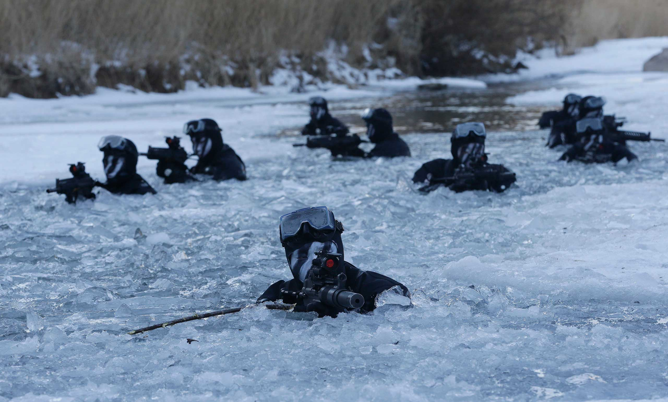 South Korea's Amry Special Warfare Command (SWC) soldiers aim their machine guns in a frozen river during a winter exercise in Pyeongchang, South Korea,  Jan. 8, 2015.