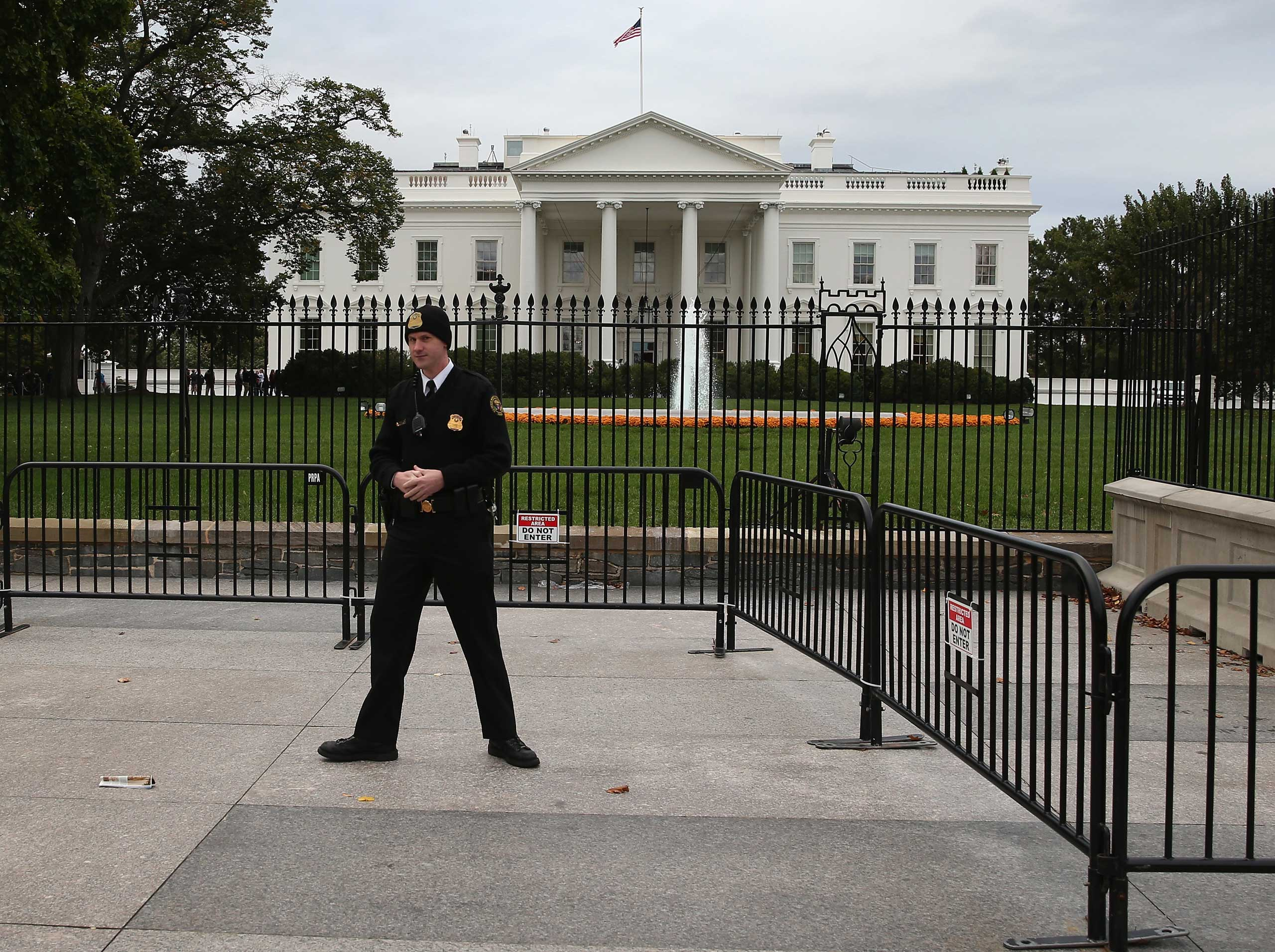 A member of the US Secret Service stands guard in front of the White House in Washington on Oct. 23, 2014.
