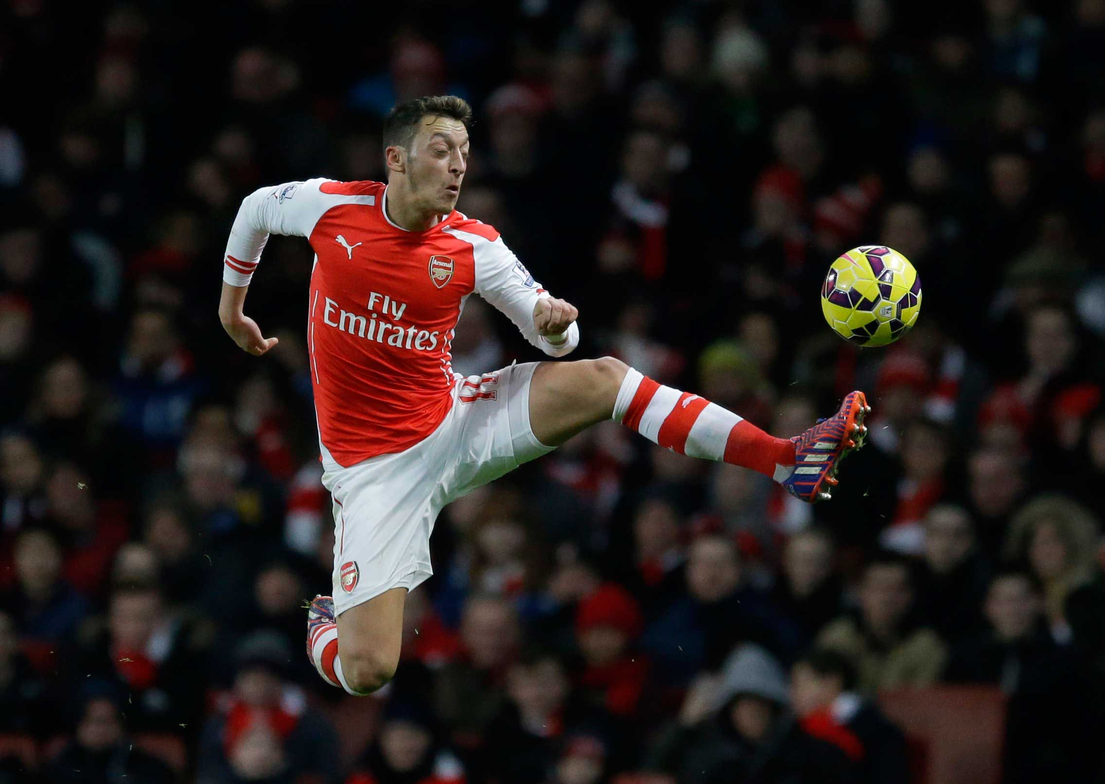 Arsenal's Mesut Ozil controls the ball during the English Premier League soccer match between Arsenal and Leicester City at the Emirates Stadium in London,  Feb. 10, 2015.