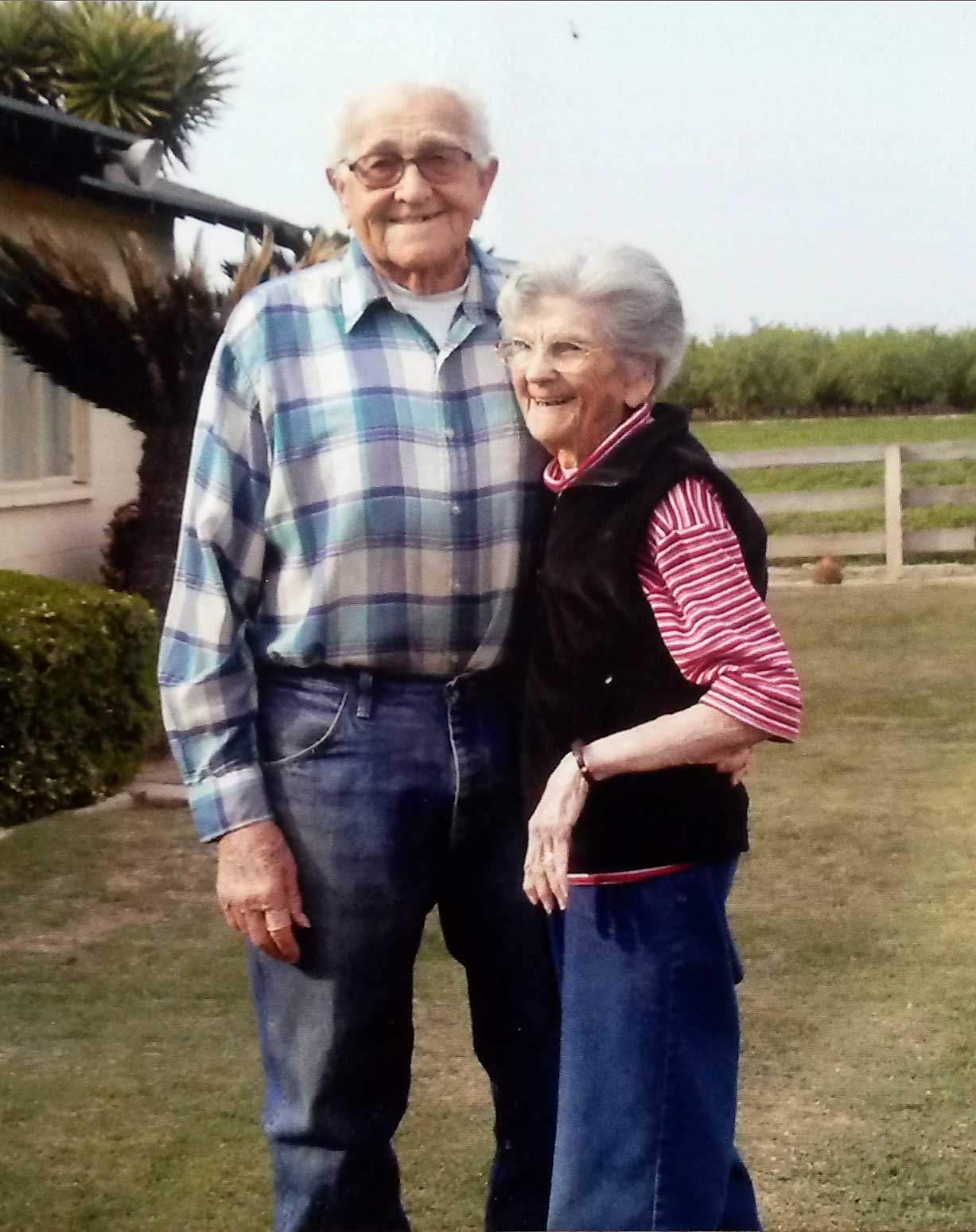 In this March 2014 photo provided by Cynthia Letson, Floyd and Violet Hartwig pose together in a yard in Easton, Calif.