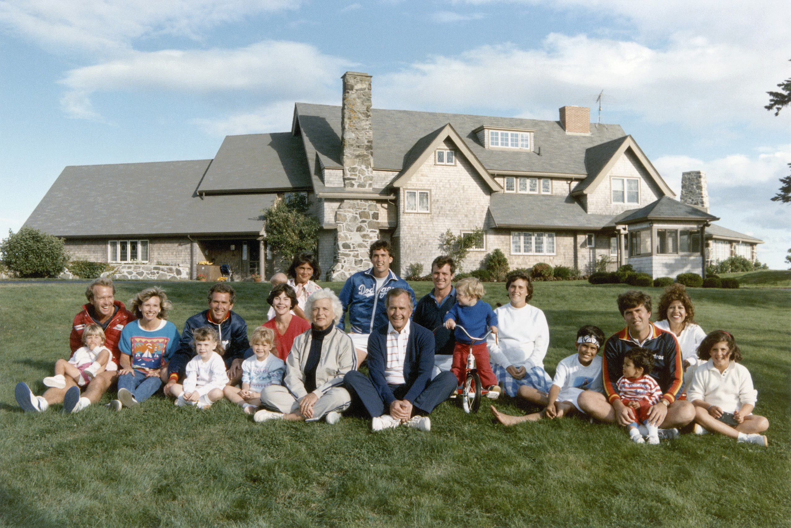 From left to right (without children): Neil and Sharon Bush, George W. Bush and wife Laura, Barbara and George Bush, Margaret and Marvin, Bobby Koch and Dorothy, Jeb and Columba, are seen in this Bush family photo taken in Kennebunkport, Maine on Aug. 24, 1986.