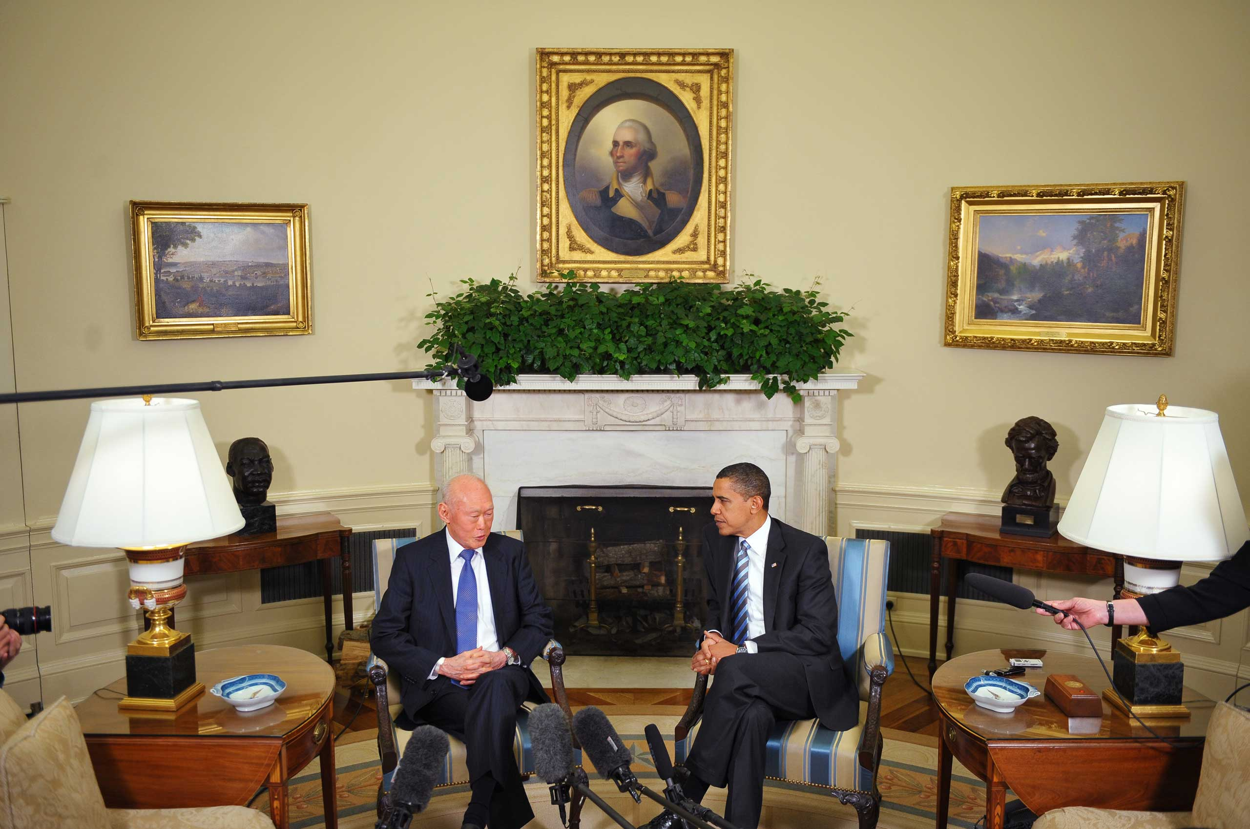 Lee Kuan Yew with President Obama in the Oval Office in 2009.