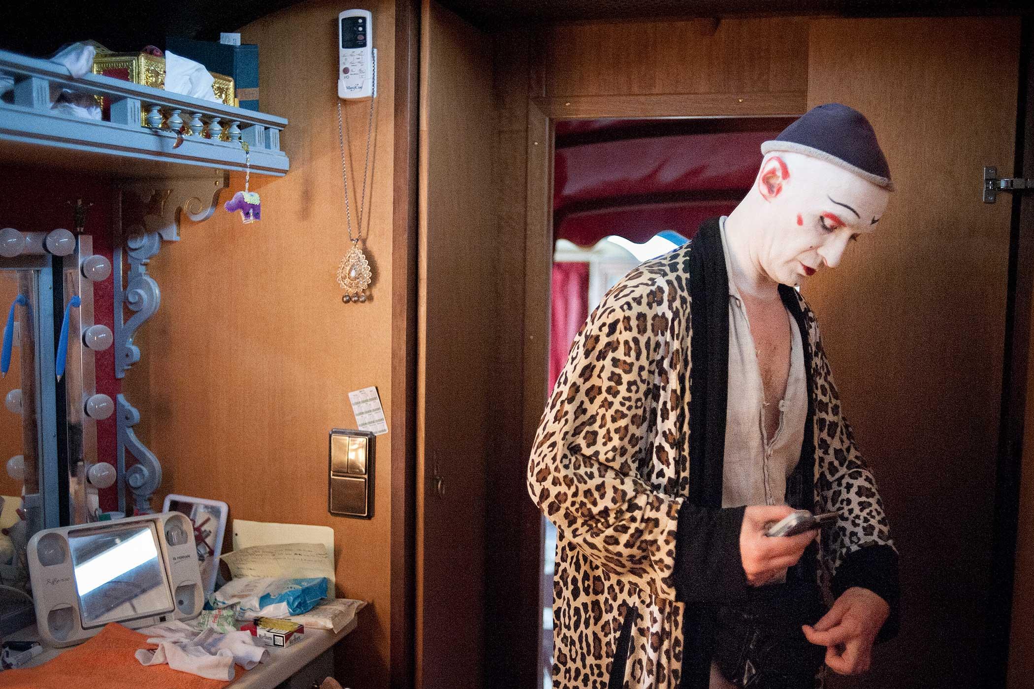 Circus Roncalli                               Clown Gensi applies makeup before a performance.
