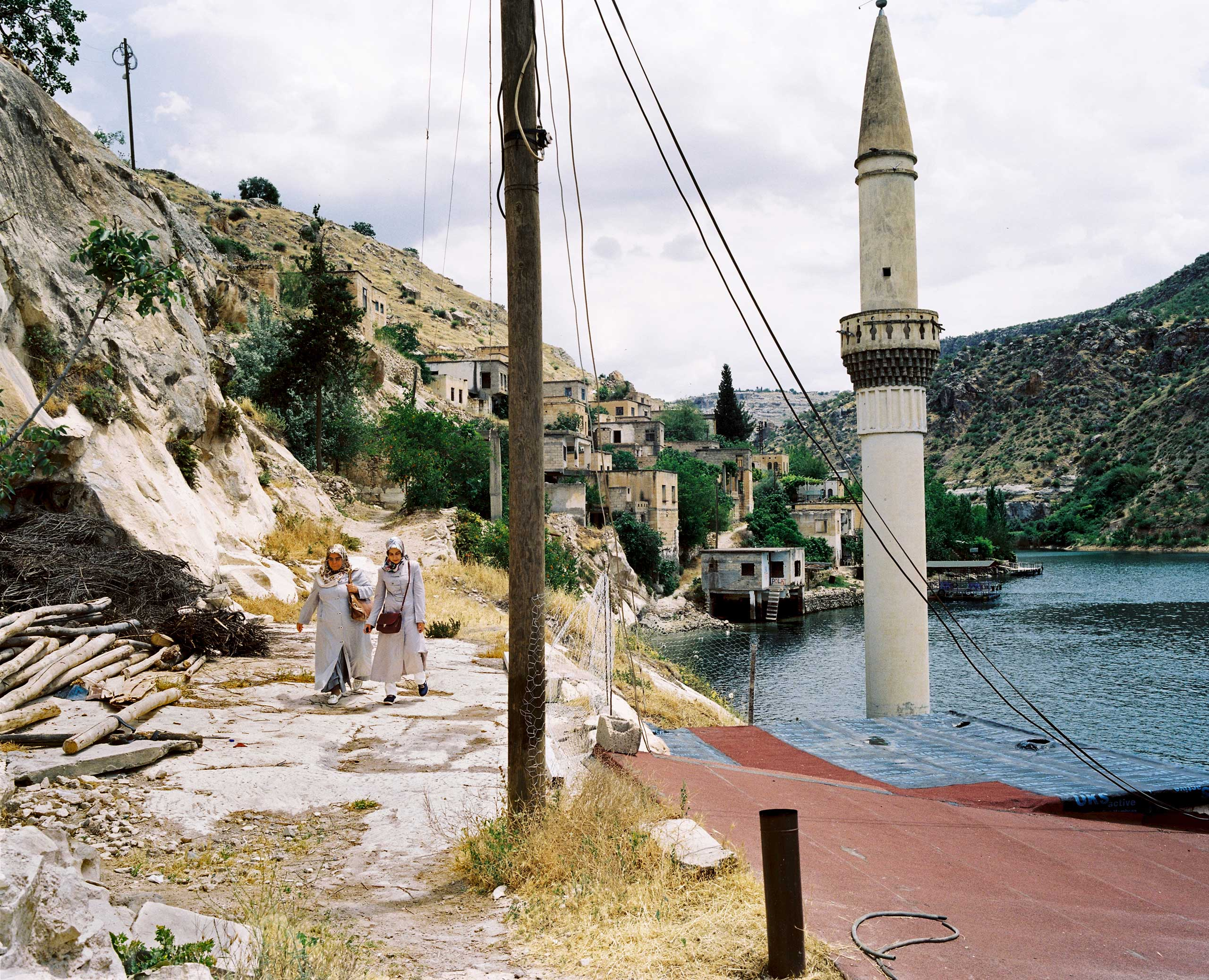 Local tourists visit the former village of Savaçan, flooded by the reservoir lake of the Birecik Dam on the Euphrates River. Turkey.