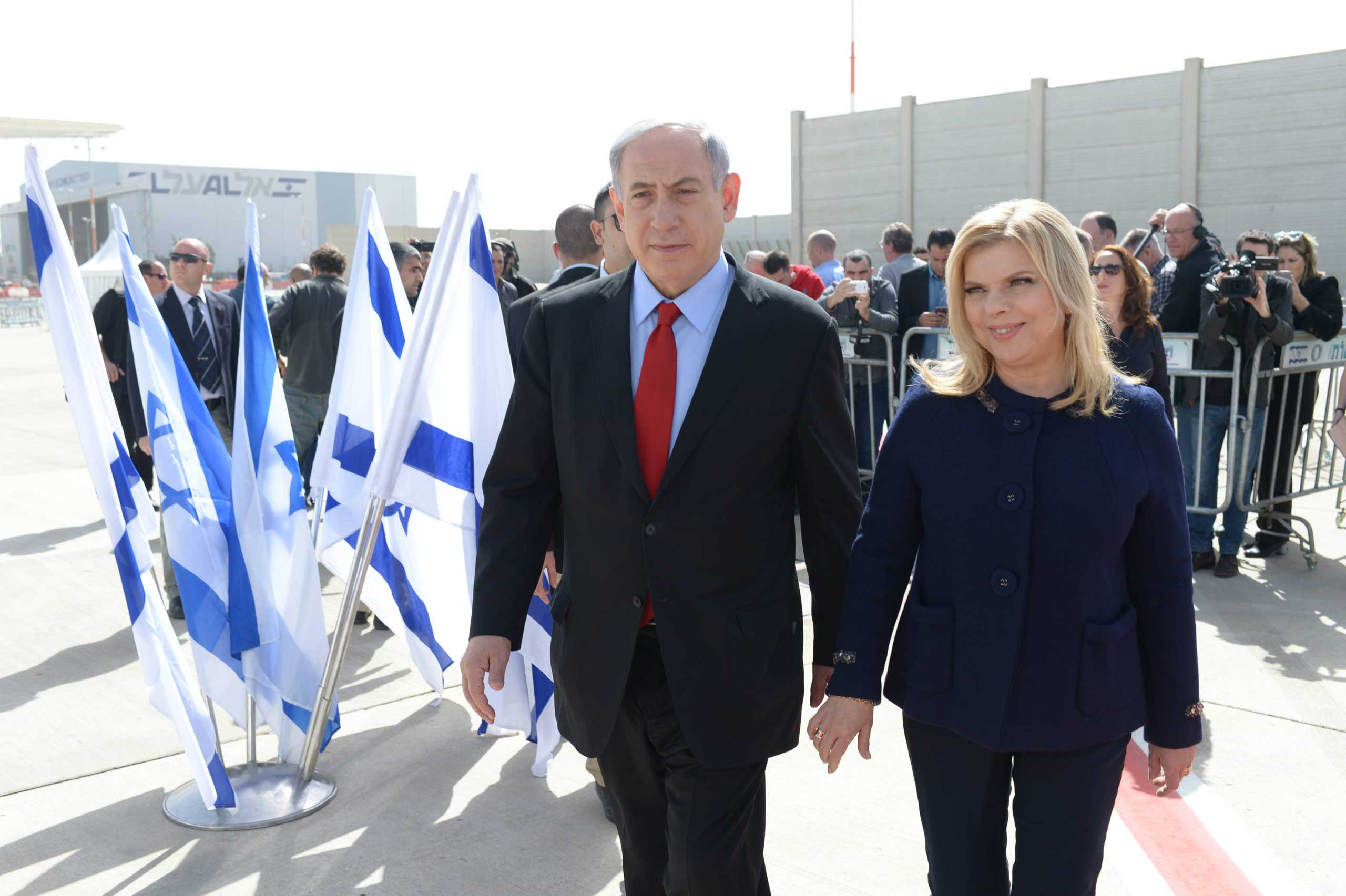 In this handout photo provided by the Israeli Government Press Office, Prime Minister Benjamin Netanyahu and his wife Sarah leave Tel Aviv on their way to Washington DC, on March 1, 2015.