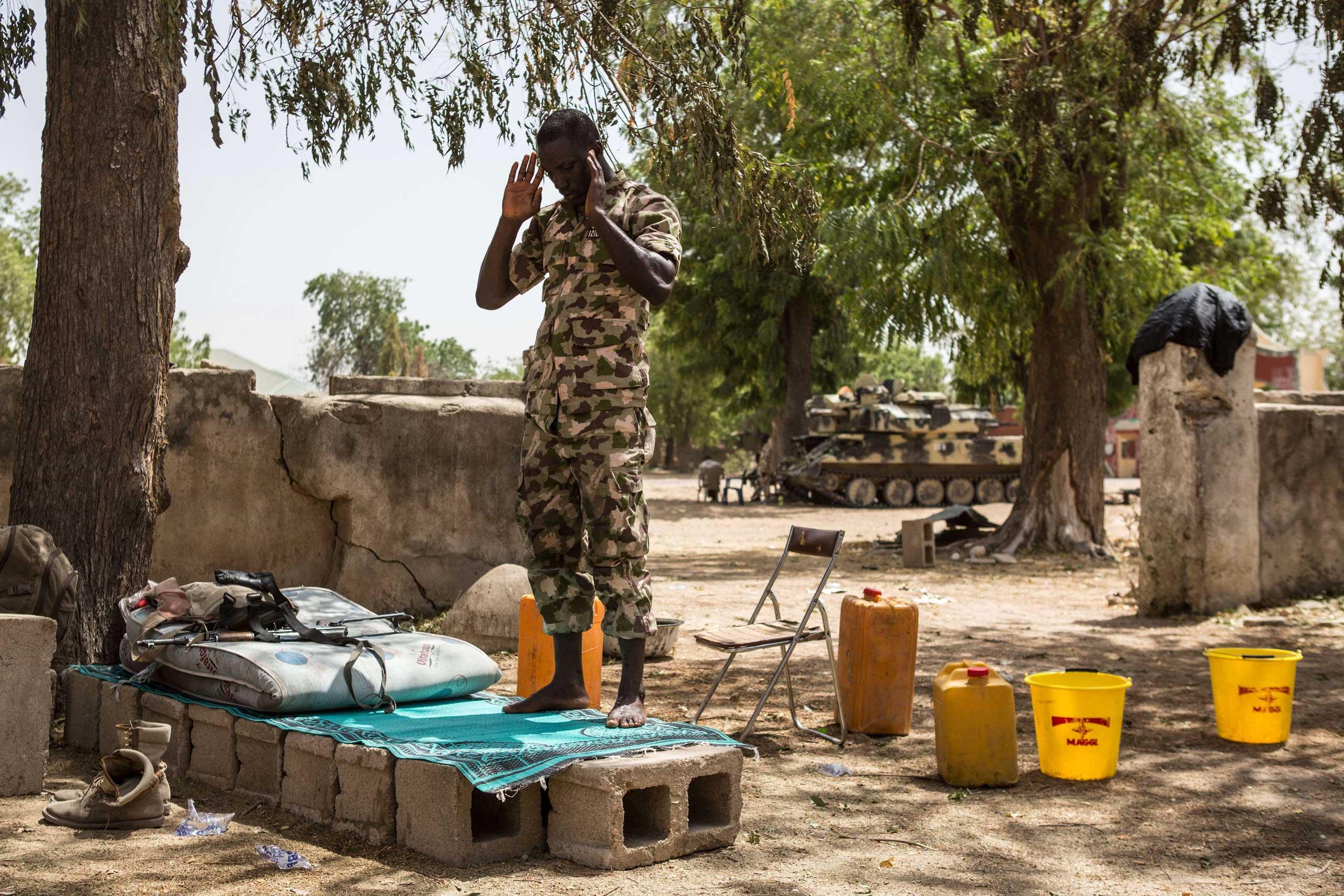 A Nigerian army soldier prays in Bama on March 25, 2015.
