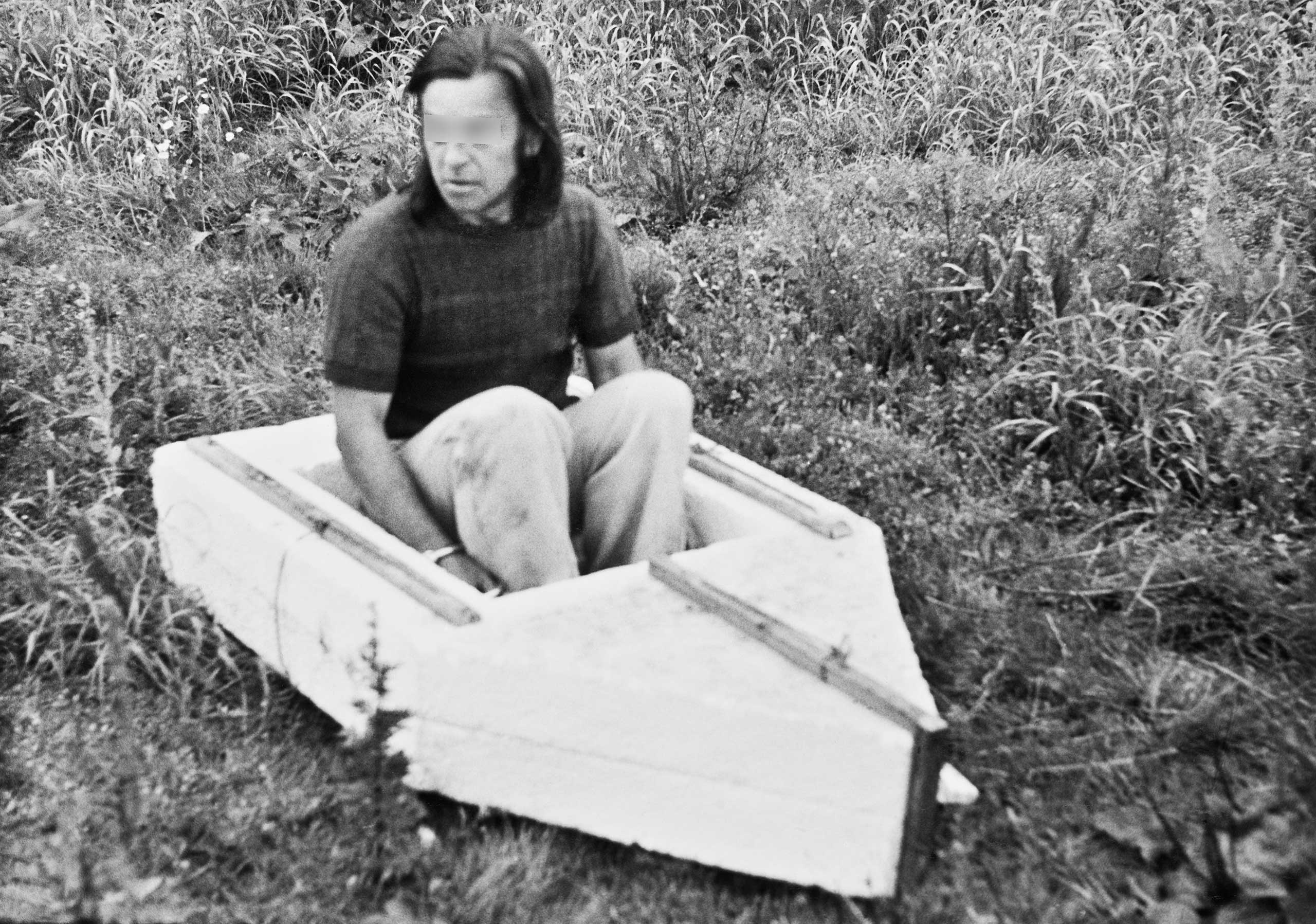 Reenactment of an escape attempt in a homemade raft of polystyrene slabs, nylon string, and wooden boards, with which a man wanted to flee via the Baltic coastal resort of Boltenhagen on July 9, 1981, because he was afraid of criminal prosecution. He was apprehended in the border area before reaching the coast.