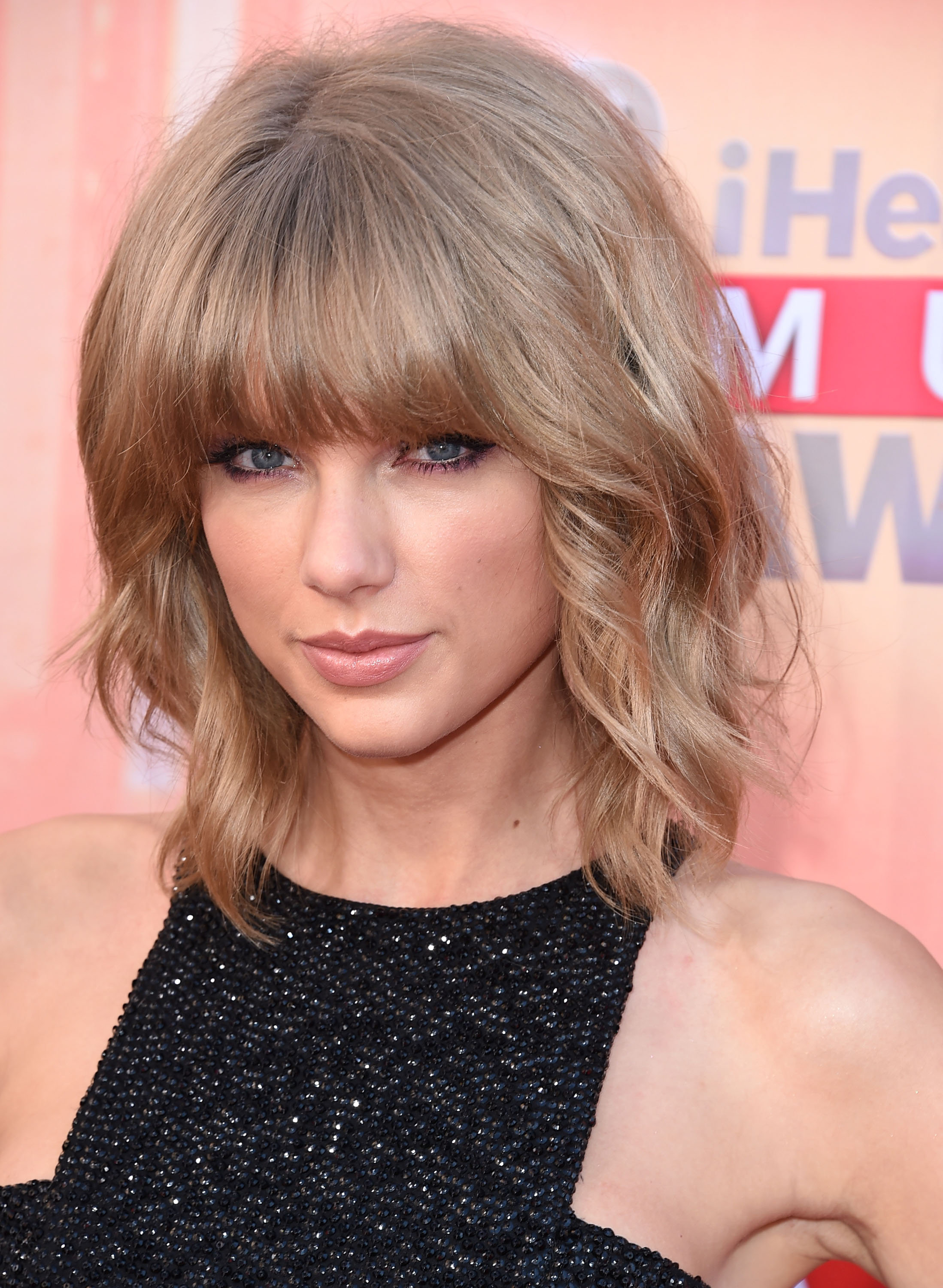 Taylor Swift arrives at the 2015 iHeartRadio Music Awards
