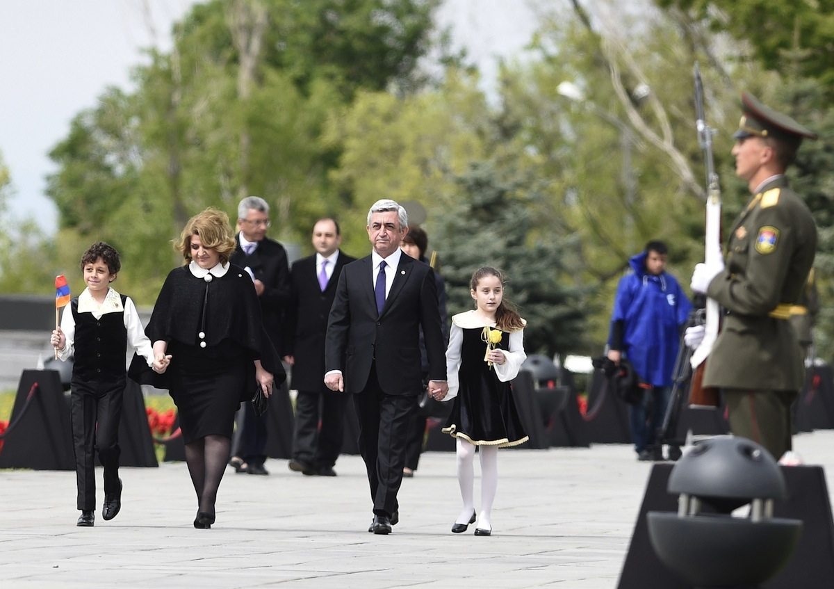 Armenian president Serge Sarkissian (2-R), his wife Rita (2-L) and their children arrive for a ceremony at the Genocide Memorial in Yerevan on April 24, 2015.