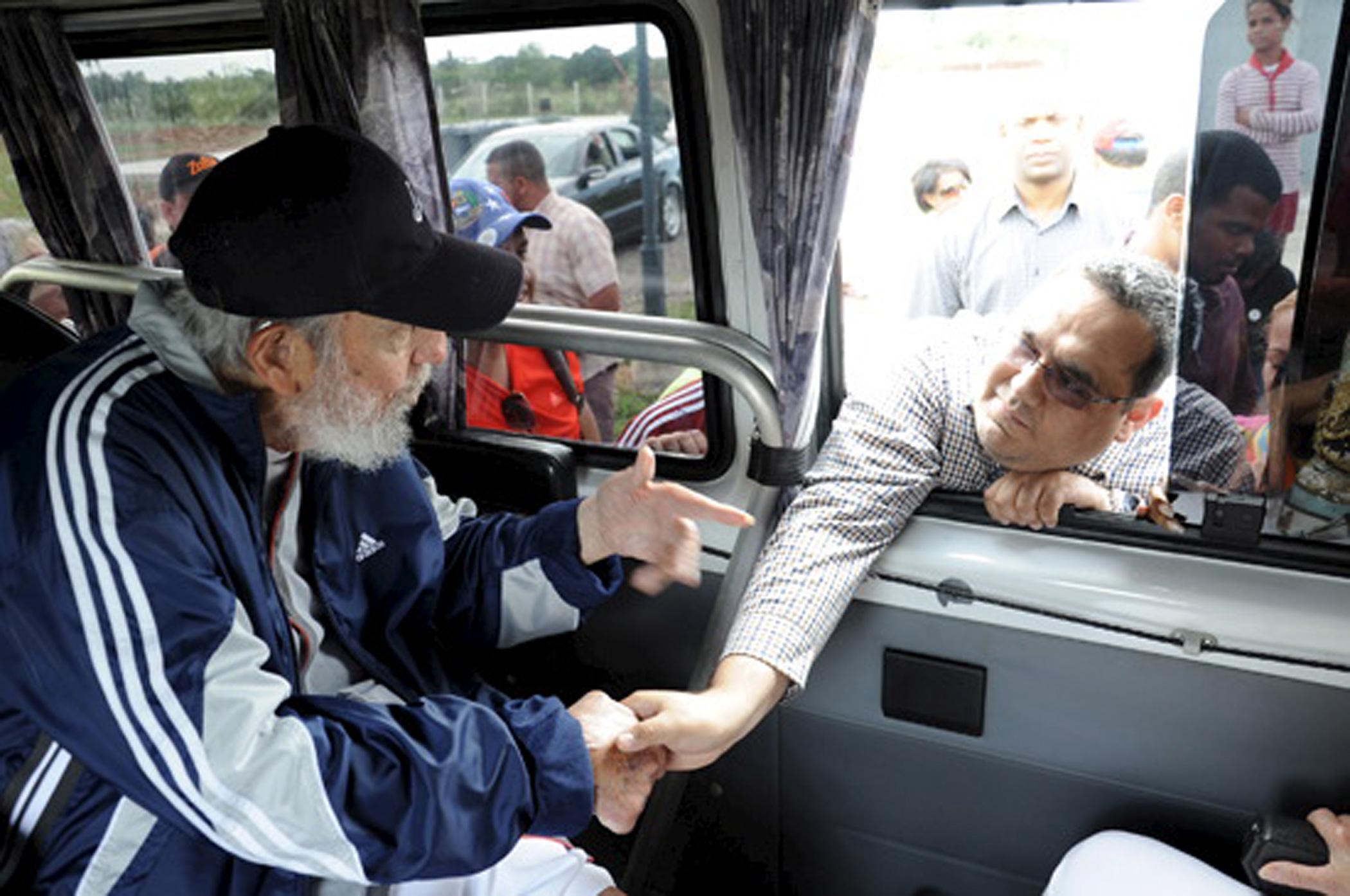 Former Cuban president Fidel Castro talks to a delegation of Venezuelans in Havana on March 30, 2015.