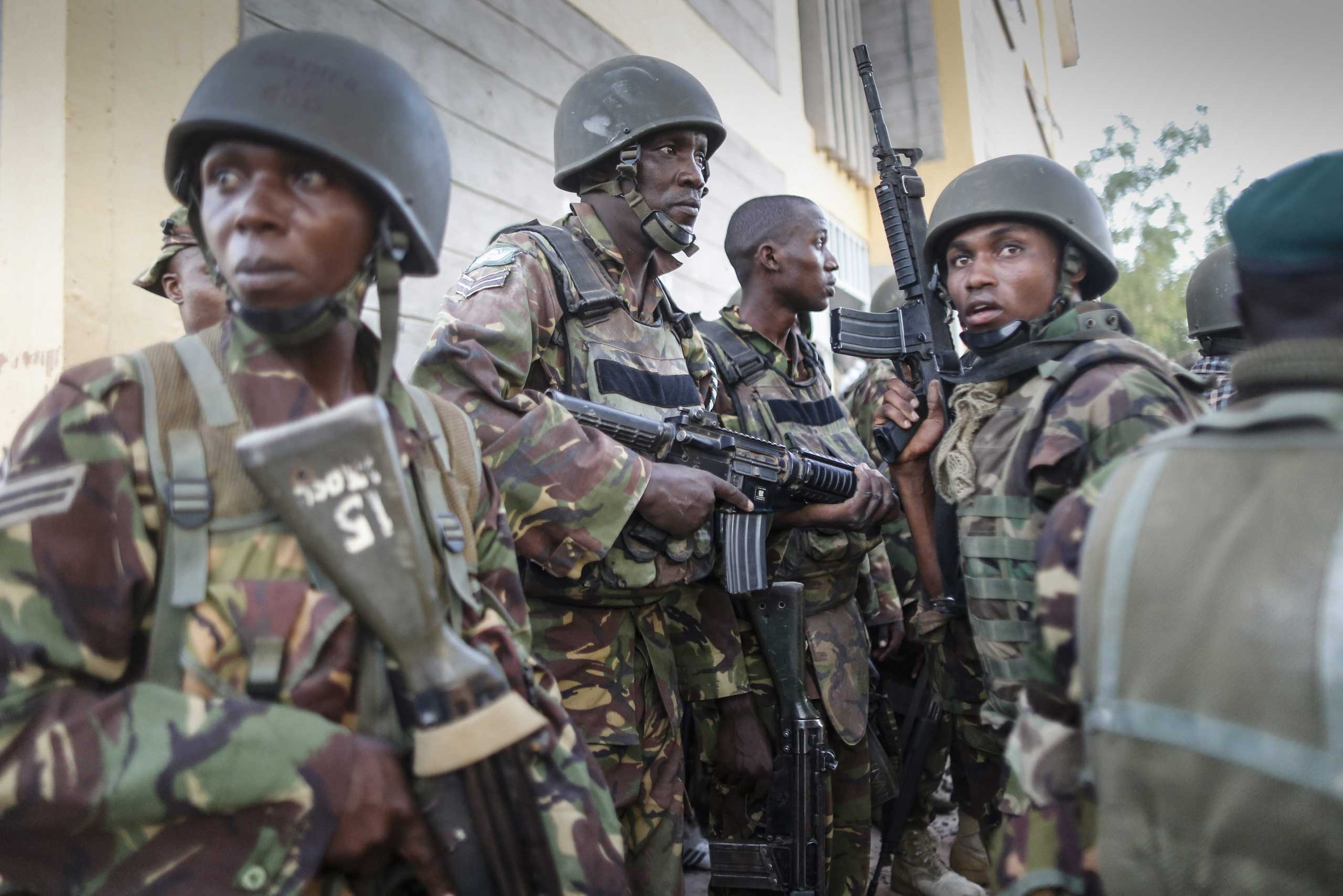 Kenyan soldiers prepare to sweep a building at Garissa University College after gunmen attacked the campus, in northeastern Kenya, on April 2, 2015.