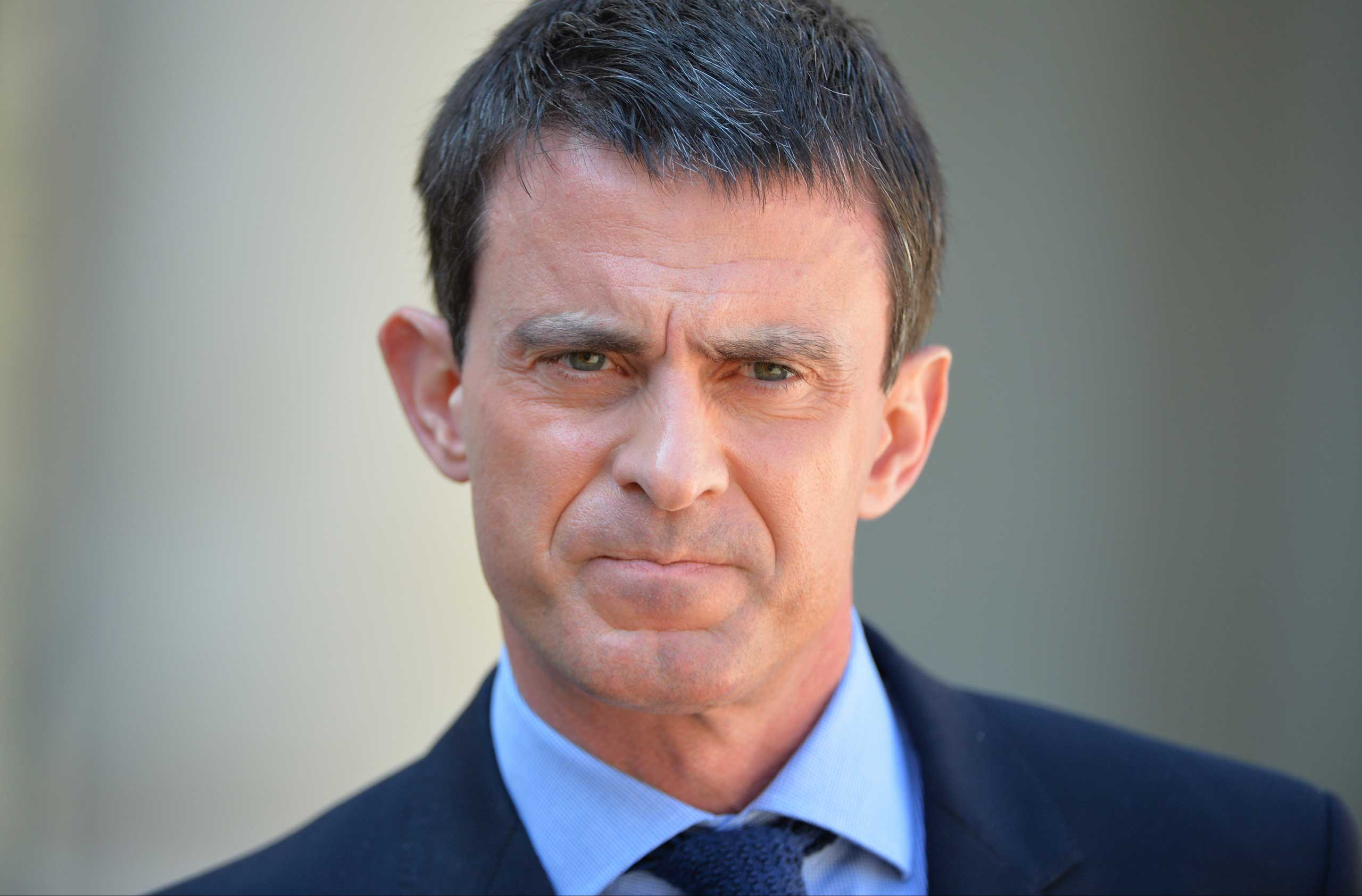 French Prime Minister Manuel Valls makes a statement following the weekly cabinet meeting at the Elysee Palace in Paris on April 22, 2015.
