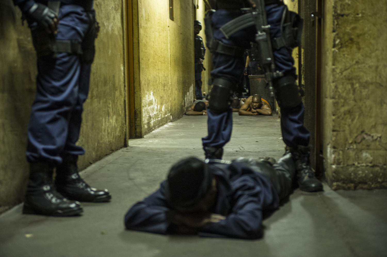 South African police officers and troops of the South African Defence Force raid the Jeppie hostels in the Jeppestown district of Johannesburg late on April 21, 2015