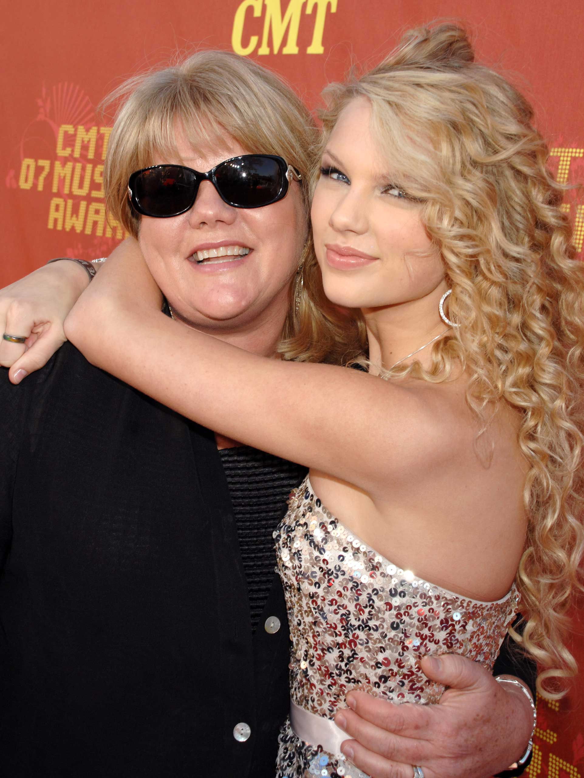 Taylor Swift and her mother.