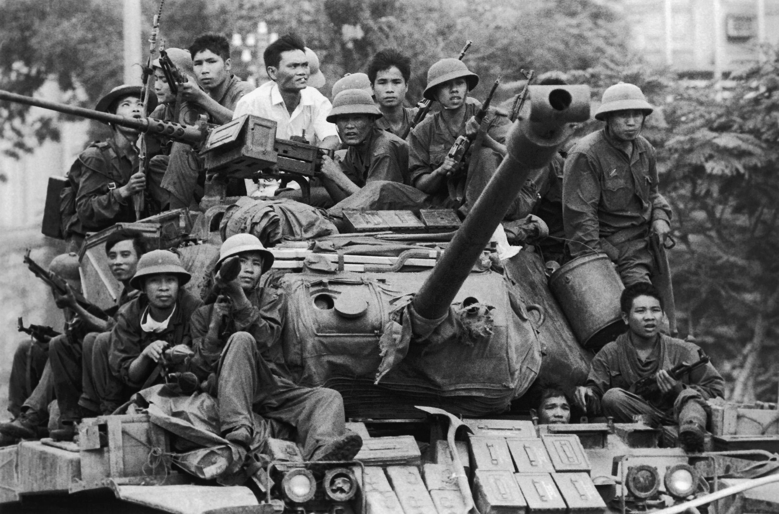 North Vietnamese tanks cross Saigon on the way to Độc Lập Palace.