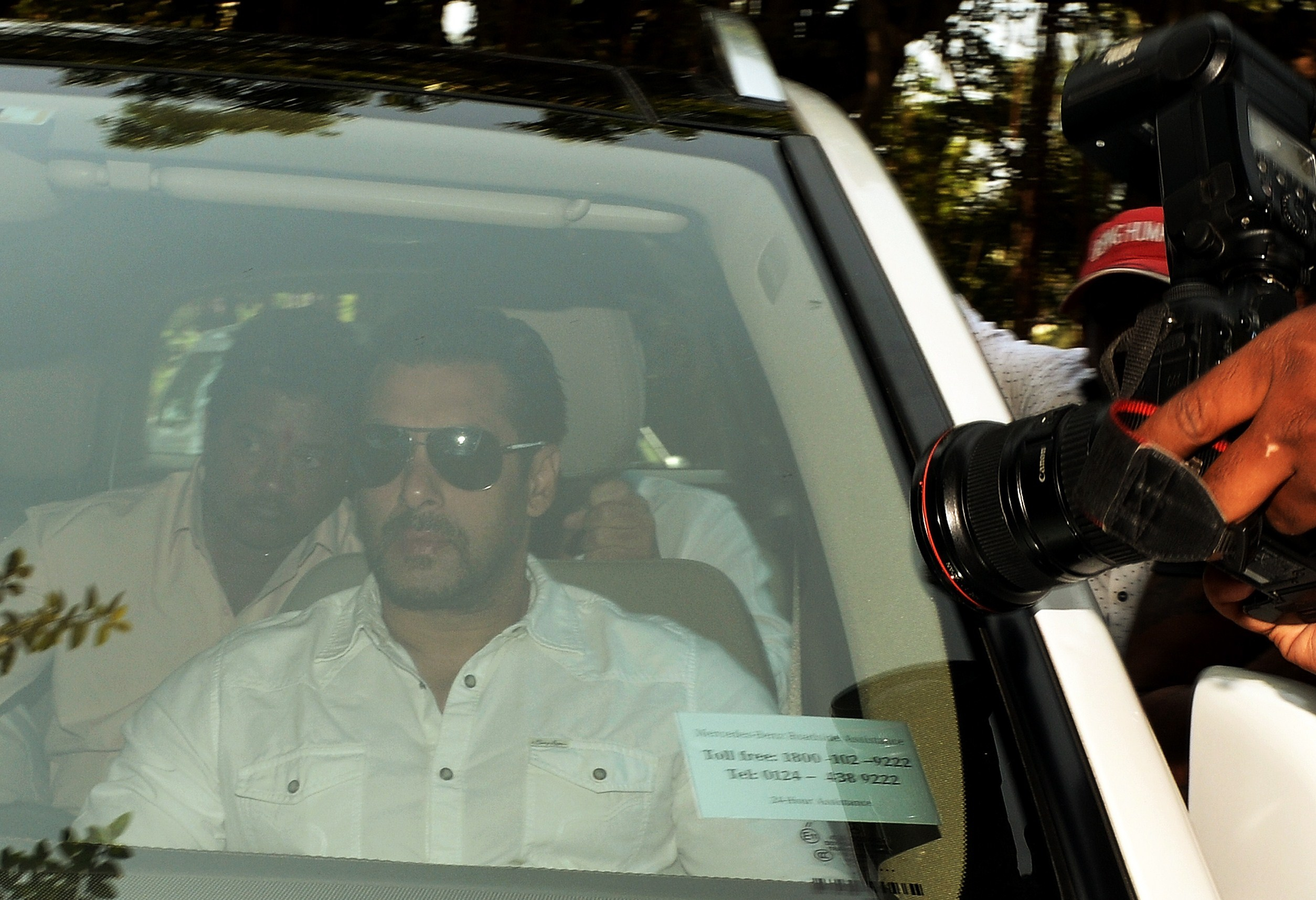 Indian Bollywood film actor Salman Khan (C) arrives in a car to appear at the sessions court in Mumbai on May 6, 2015.
