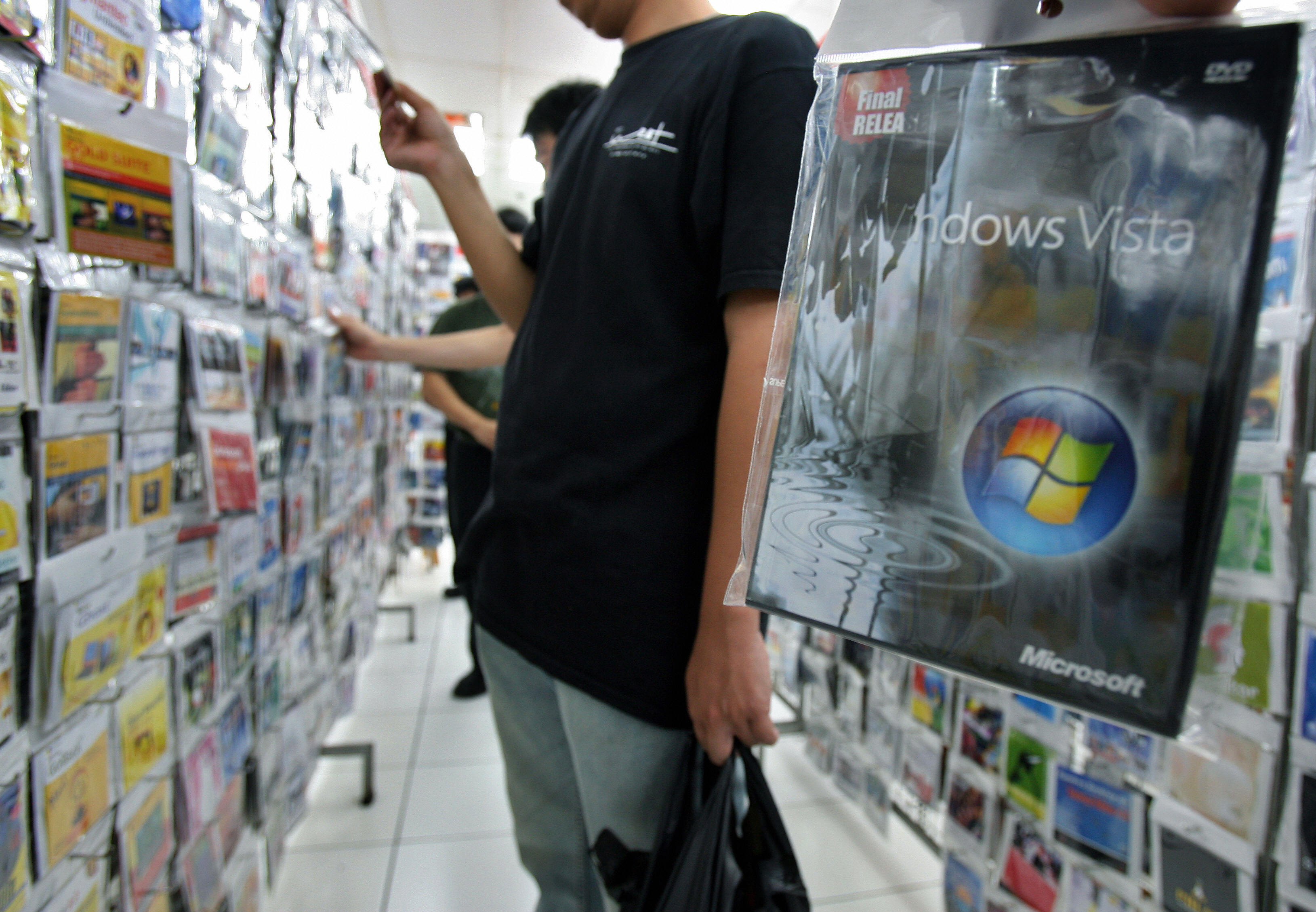 A man buys a pirated copy of Microsoft's operation system Windows Vista from a stall at a shopping mall in Jakarta, 30 January 2007.