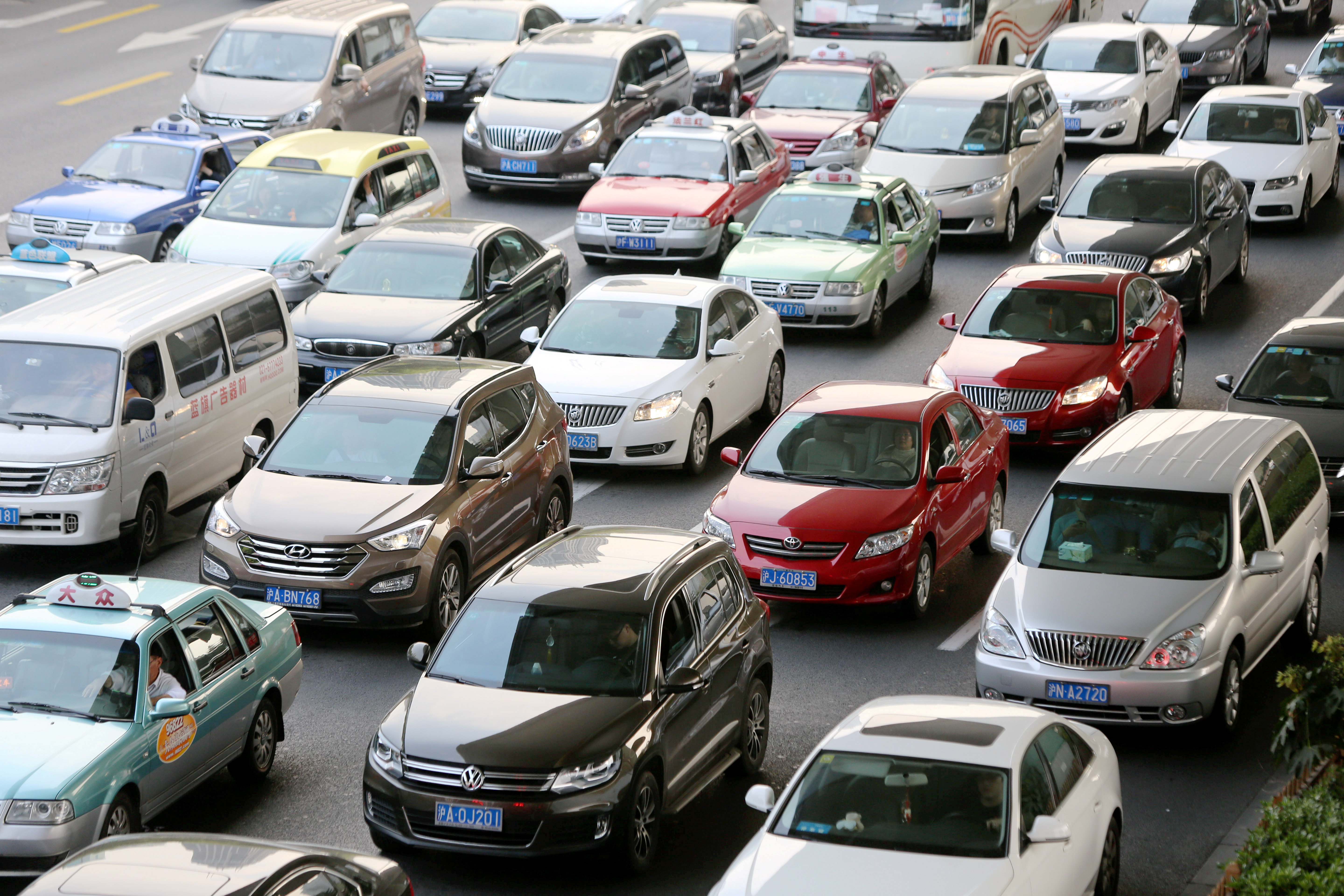 Masses of cars travel on a road in Shanghai, China, April 2, 2015. Concern for personal safety amid rising road rage is among the reasons China's SUV registrations surged 48 percent in the first quarter of this year, according to a research note Sanford C. Bernstein released May 27, 2015.
