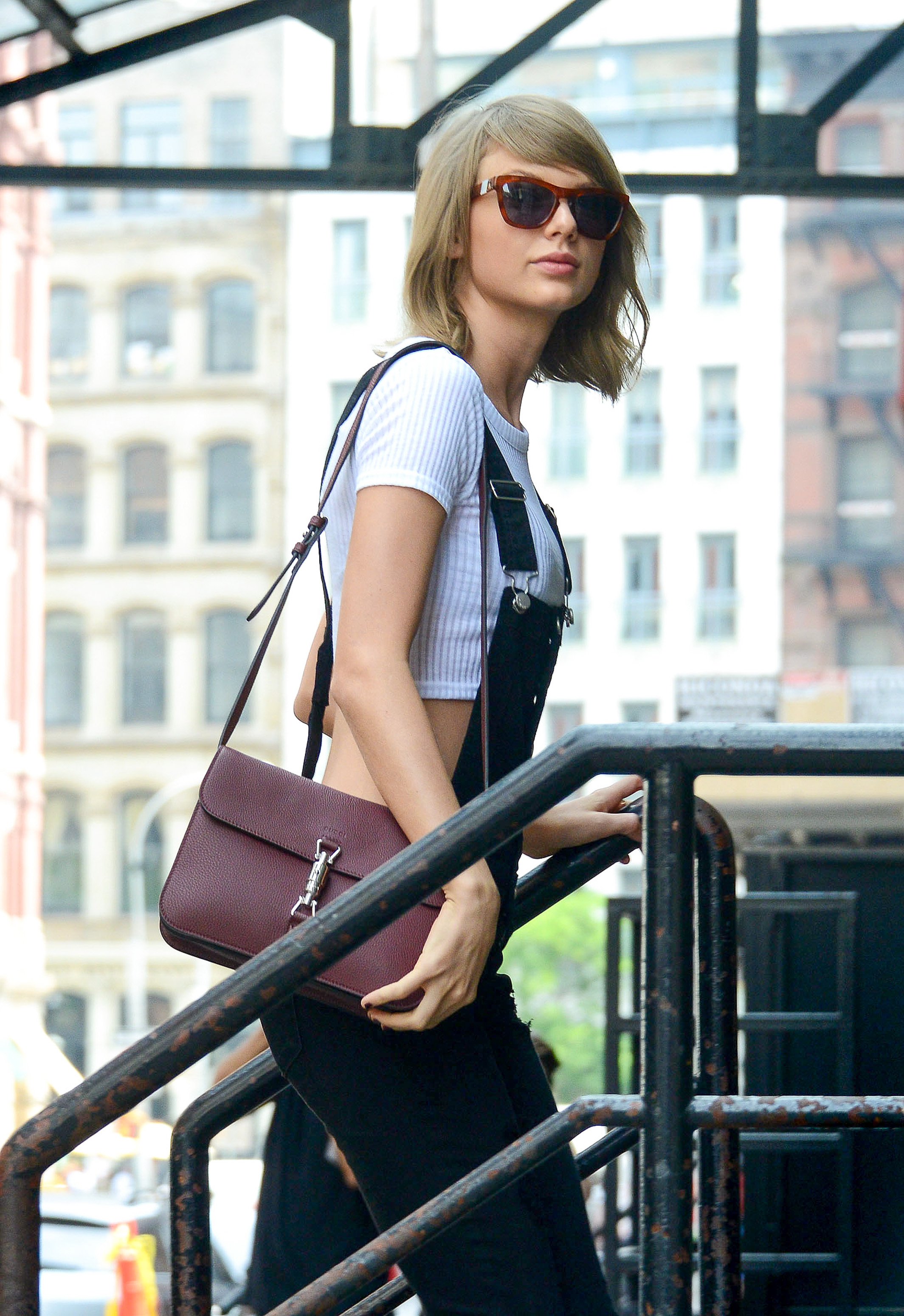 NEW YORK, NY - MAY 28: Taylor Swift is seen arriving back to her apartment in New York City on May 28, 2015 in New York City.  (Photo by Gardiner Anderson/Bauer-Griffin/GC Images)