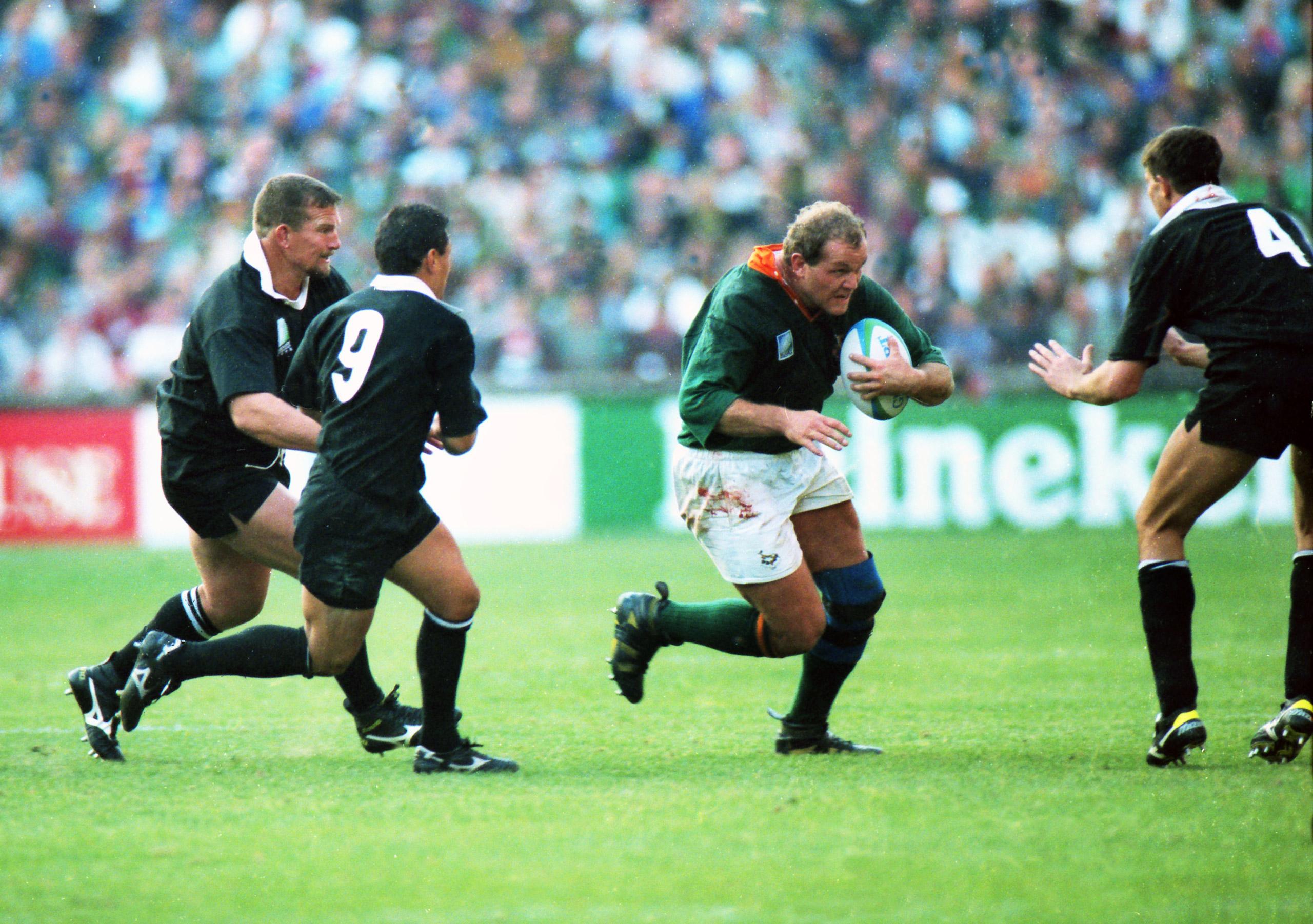 Os du Randt runs at Ian Jones (#4) at Ellis Park, Johannesburg, June 24, 1995.
