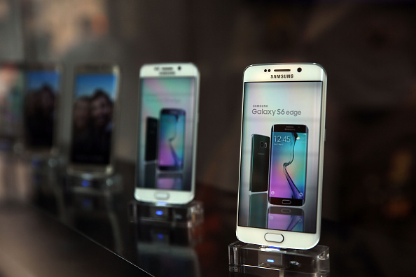 Samsung's latest flagship smartphones, the Galaxy S6 and the S6 Edge, are viewed at a Samsung store on the day of their release in New York City on April 10, 2015