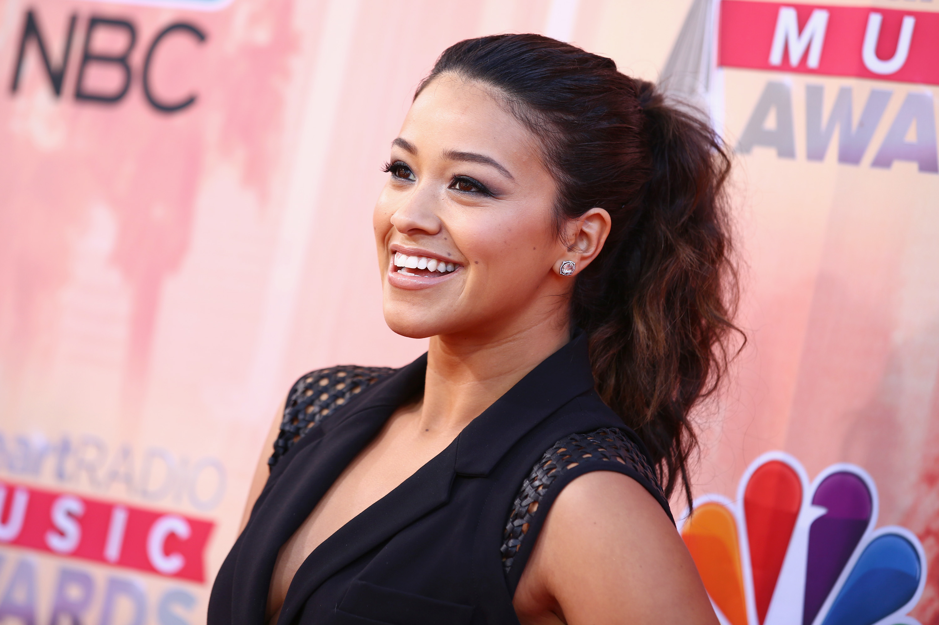 Gina Rodriguez arrives at the 2015 iHeartRadio Music Awards .