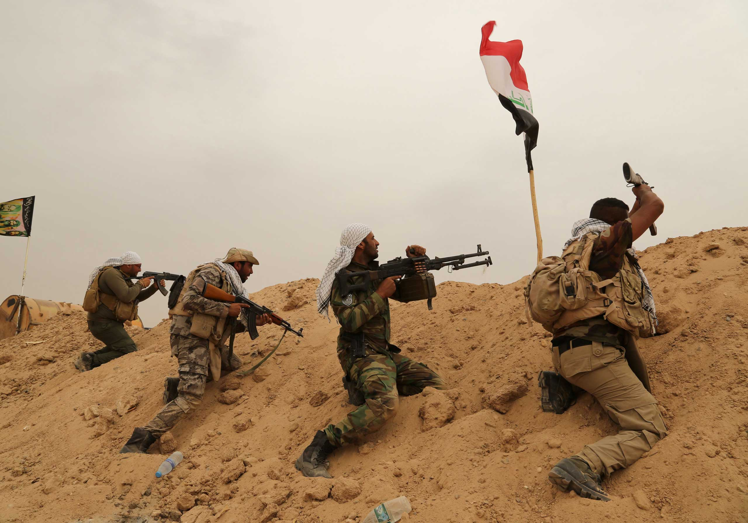 Fighters from Badr Brigades Shiite militia clash with Islamic State group militants at the front line on the outskirts of Fallujah, Anbar province, Iraq on June 1, 2015.
