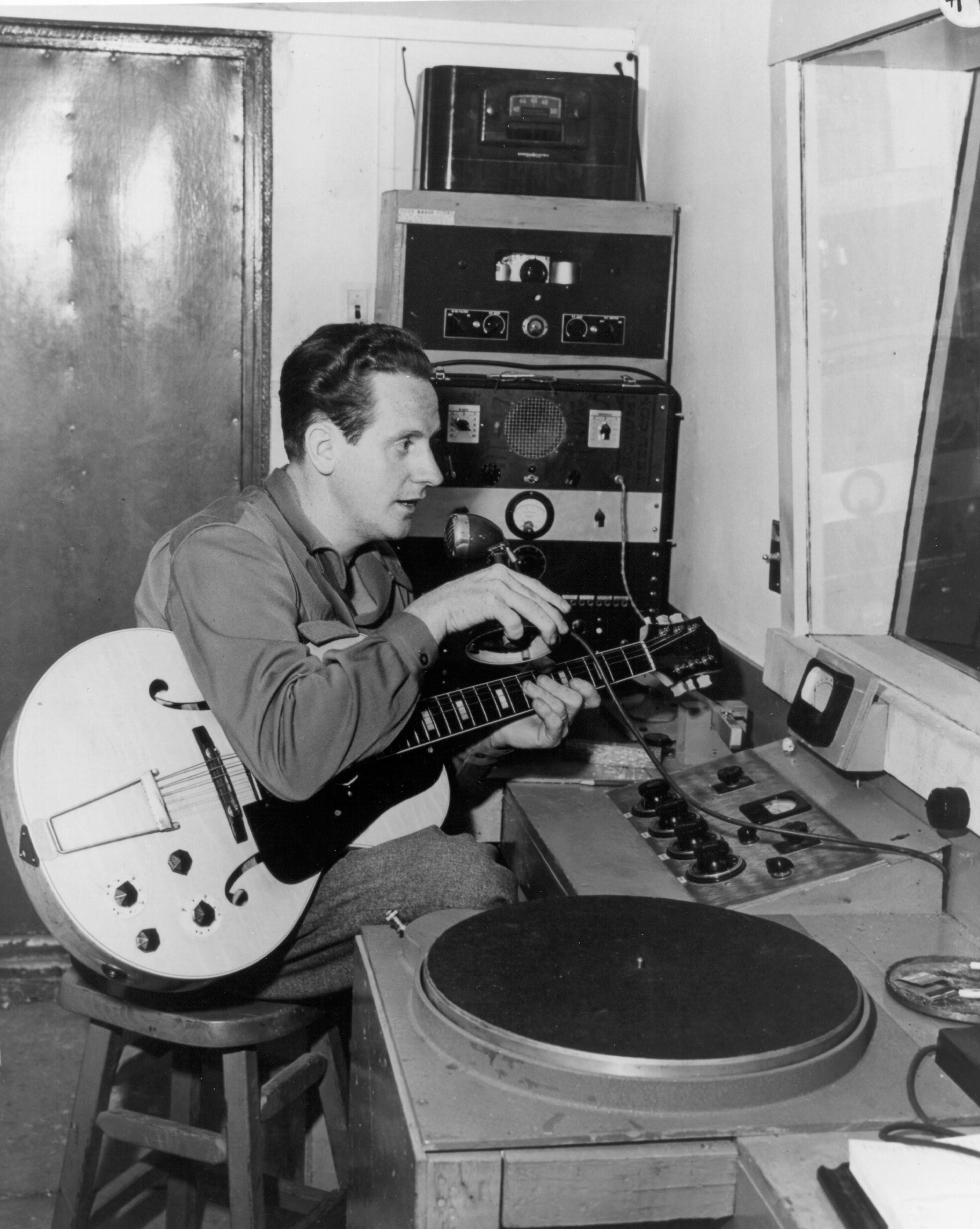 Born in Wisconsin in 1915, the  Wizard of Waukesha  played country music gigs at a drive-in restaurant as a teenager. He experimented with electric amplification to reach the outdoors audience by placing a pickup behind the strings of his acoustic guitar and wiring it to a radio speaker.