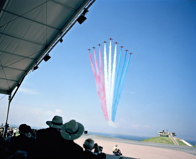 Französische Kunstflieger zeichnen die Tricolore bei der Gedenkveranstaltung in Arromanches. 60. Jahrestag der Landung der Alliierten in der Normandy. D-Day 2004. French stunt pilots drawing the colors of the french flag at the commemoration ceremony in Arromanches. 60th anniversary of the invasion of the allied troups on the shores of Normandy. D-Day 2004. 2004 Marc Beckmann / Agentur Focus