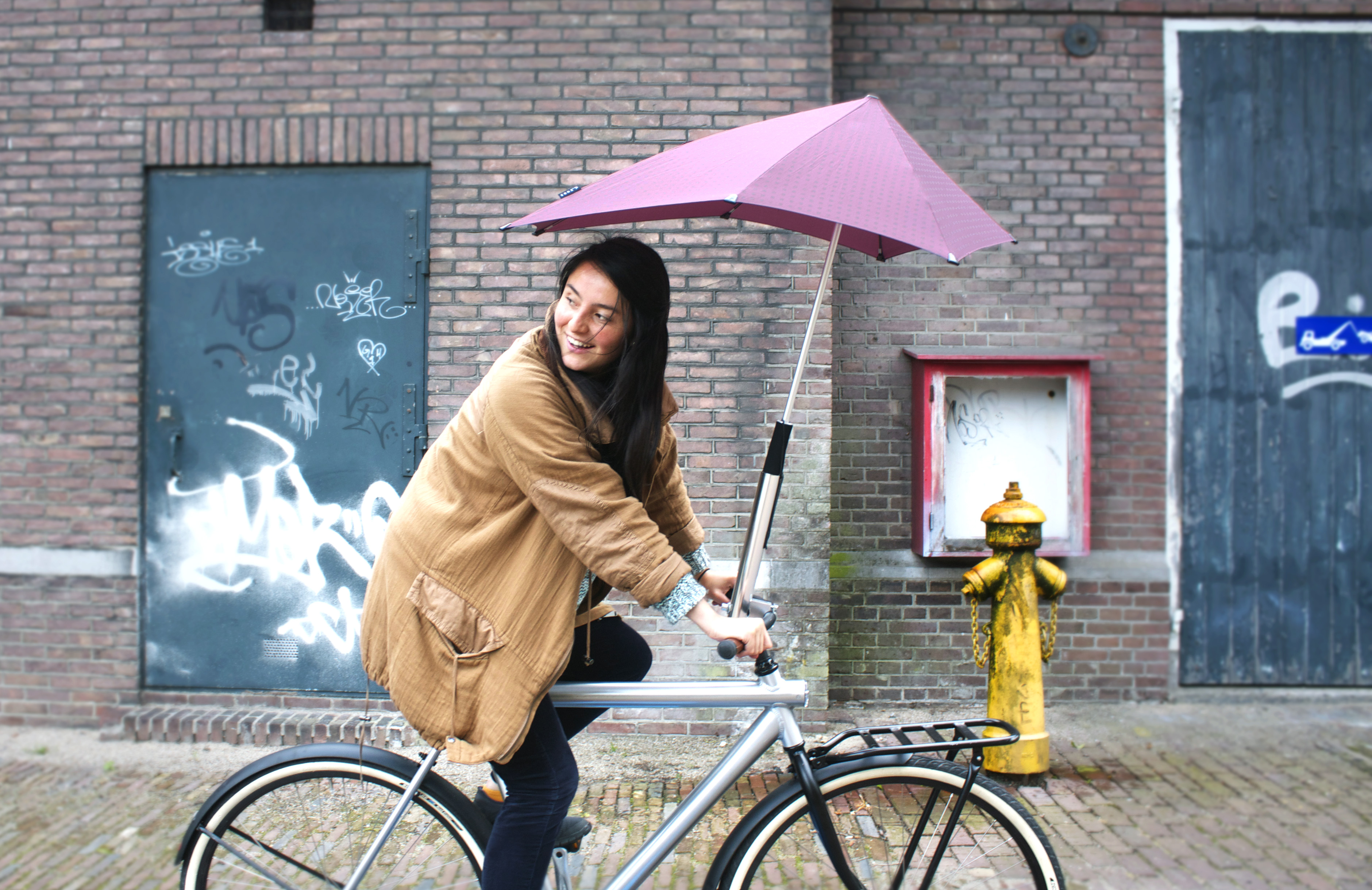 Dutch company Senz has created a handlebar-mounted umbrella holder to keep bike commuters dry on their way to work.