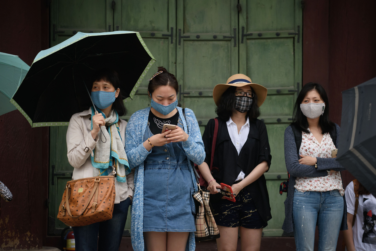 Tourists wearing face masks visit Gyeongbokgung palace in central Seoul on June 5, 2015