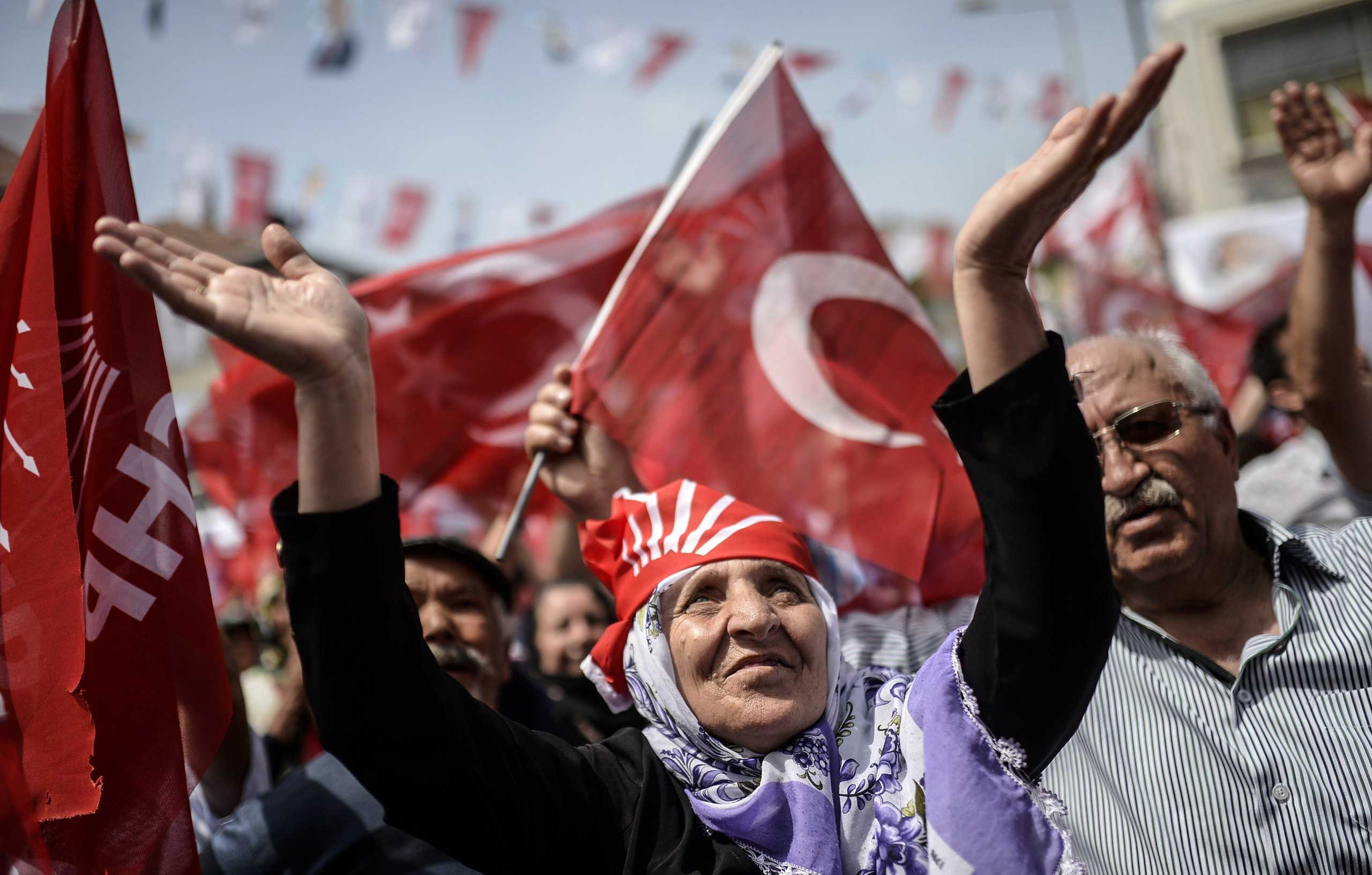Supporters of Turkey's main opposition party, the Republican People's Party (CHP) cheer their leader during an election rally ahead of the legislative election in Istanbul on May 24, 2015.