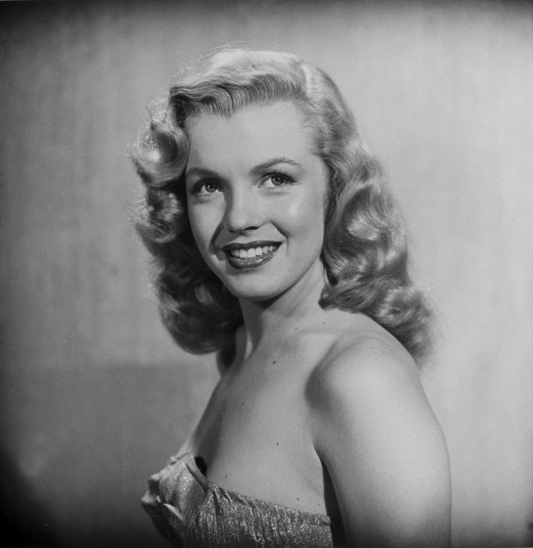 Marilyn Monroe posing in a studio, 1949.