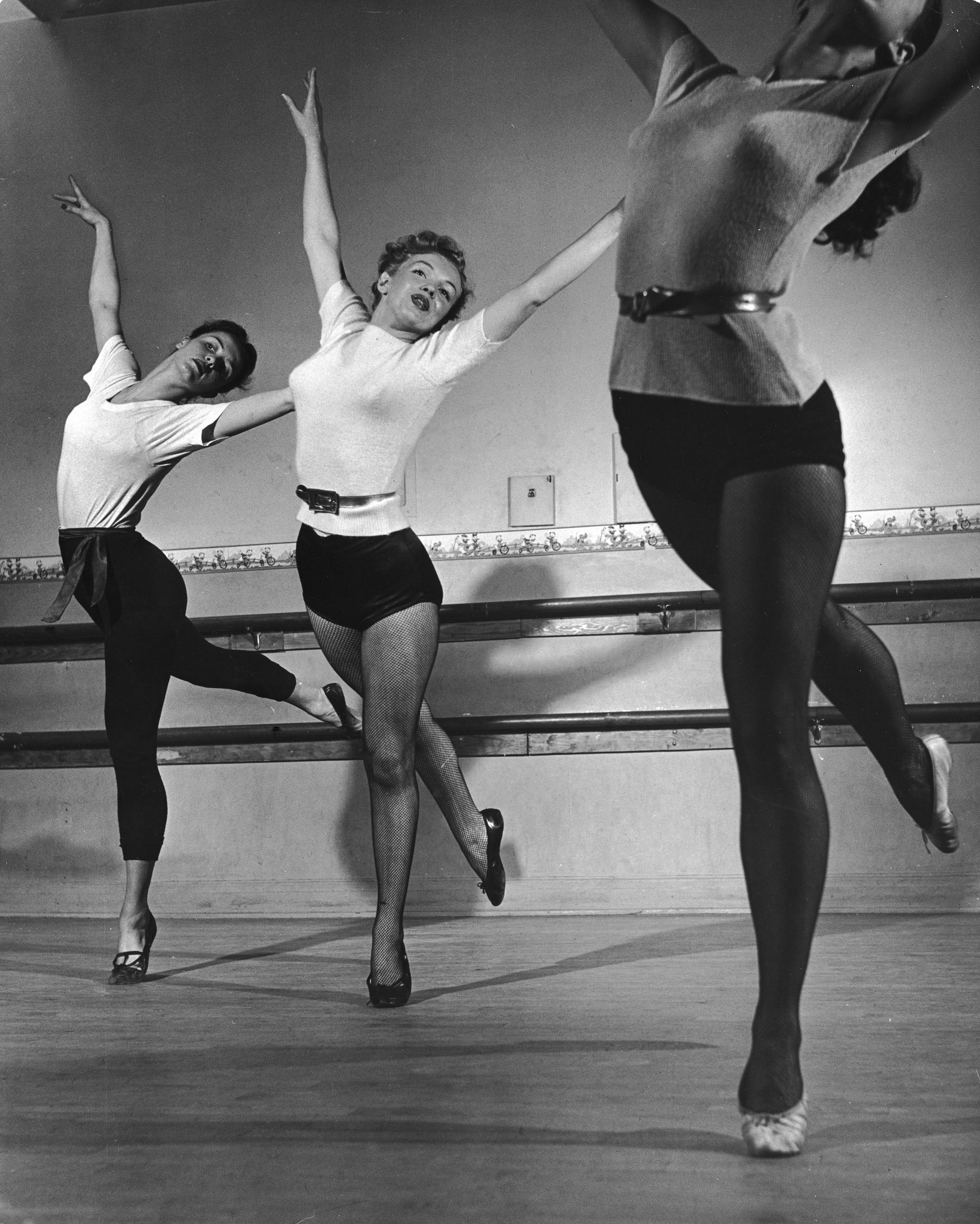 Marilyn Monroe in dance class, 1949.