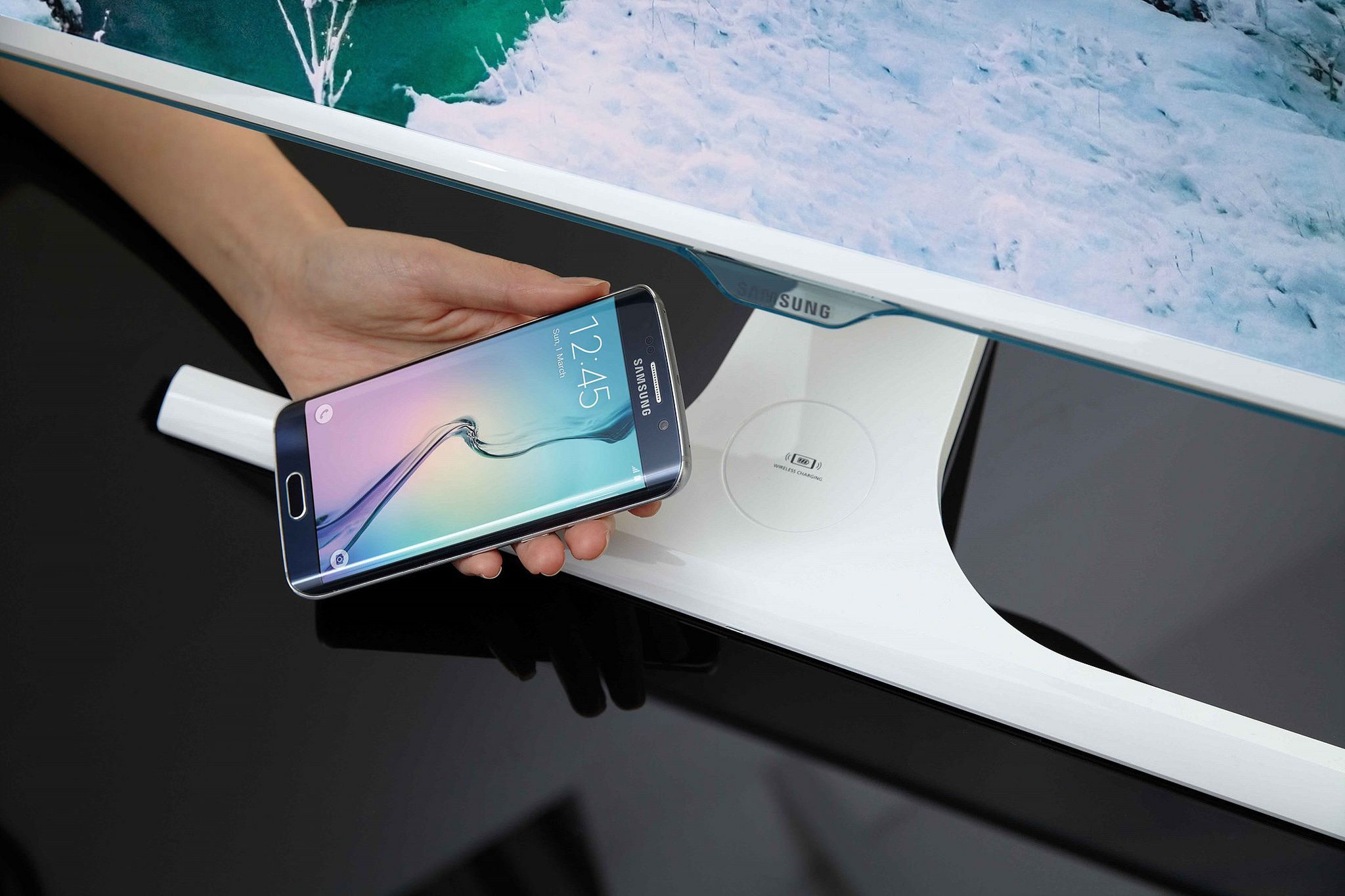 The new Samsung SE370, the industry's first monitor with an integrated wireless charging function for mobile devices.
