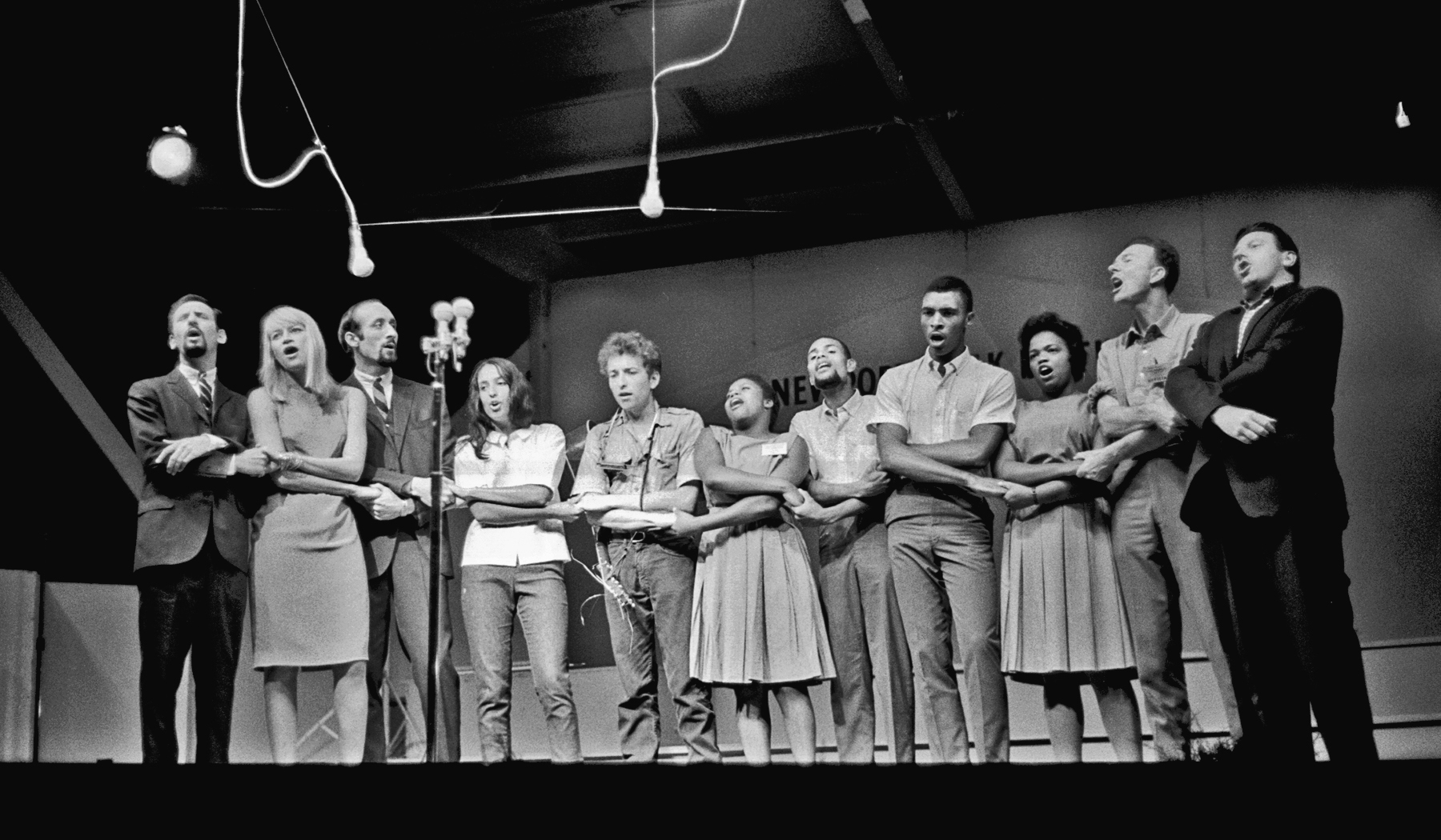 """Peter, Paul, and Mary, Joan Baez, Bob Dylan, the Freedom Singers, Pete Seeger, and Theodore Bikel sing """"We Shall Overcome"""" in 1963."""