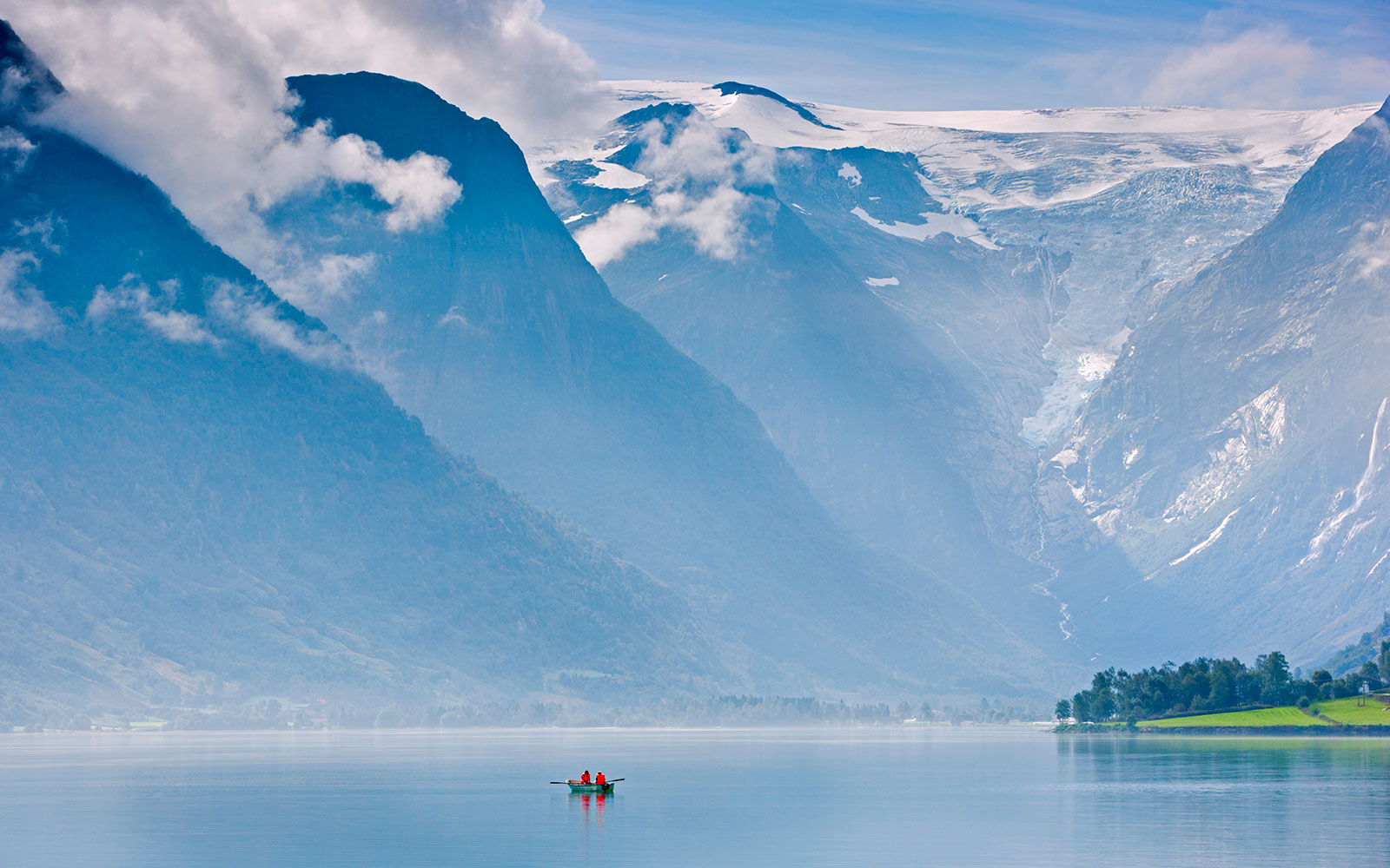 Norway, Western Fjords, Nordfjord, people in rowing boat