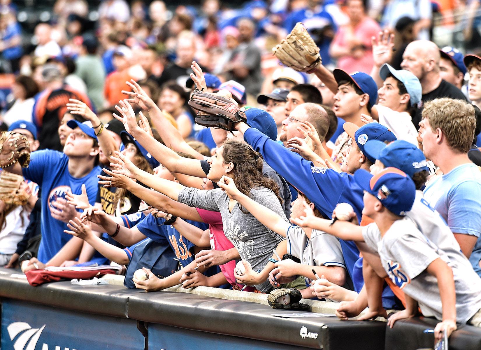 Fans (catch), August 30, 2014.