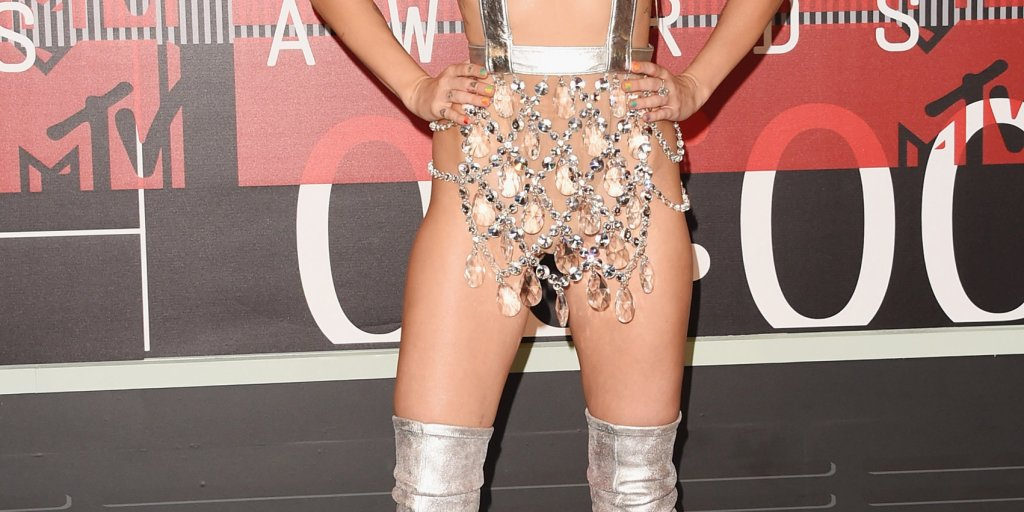Vmas 2015 Miley Cyrus S Red Carpet Outfit Time