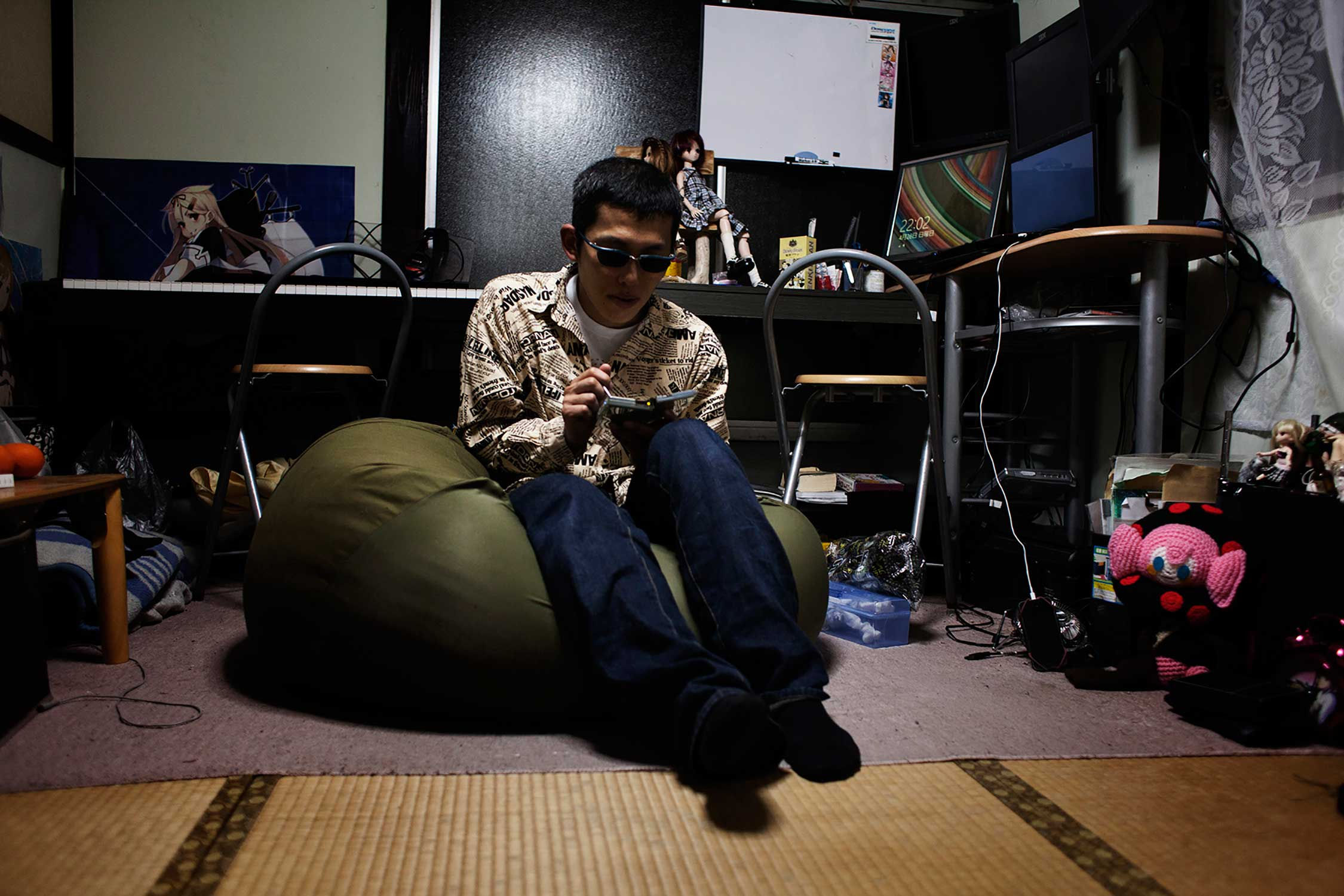 A 48-year old man who started playing Love Plus 5 years ago while working in a desolate place far from home, sits in his one room apartment with the console he uses to chat with his virtual girlfriend Manaka.