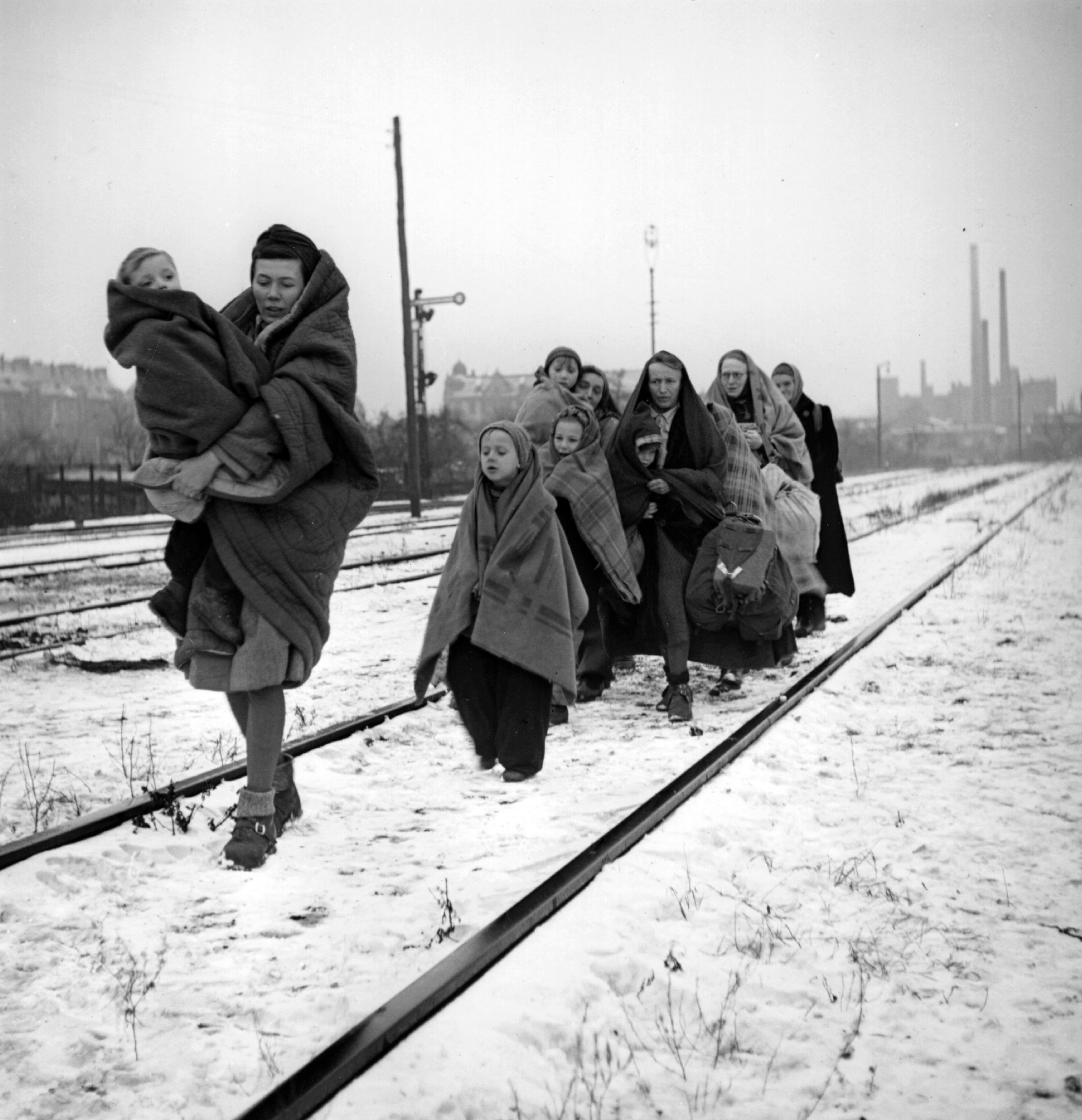 In 1945, a handful of survivors remain of the 150 refugees who left Lodz in Poland two months earlier, headed for Berlin. They follow railway lines in the hope of being picked up by a British train.