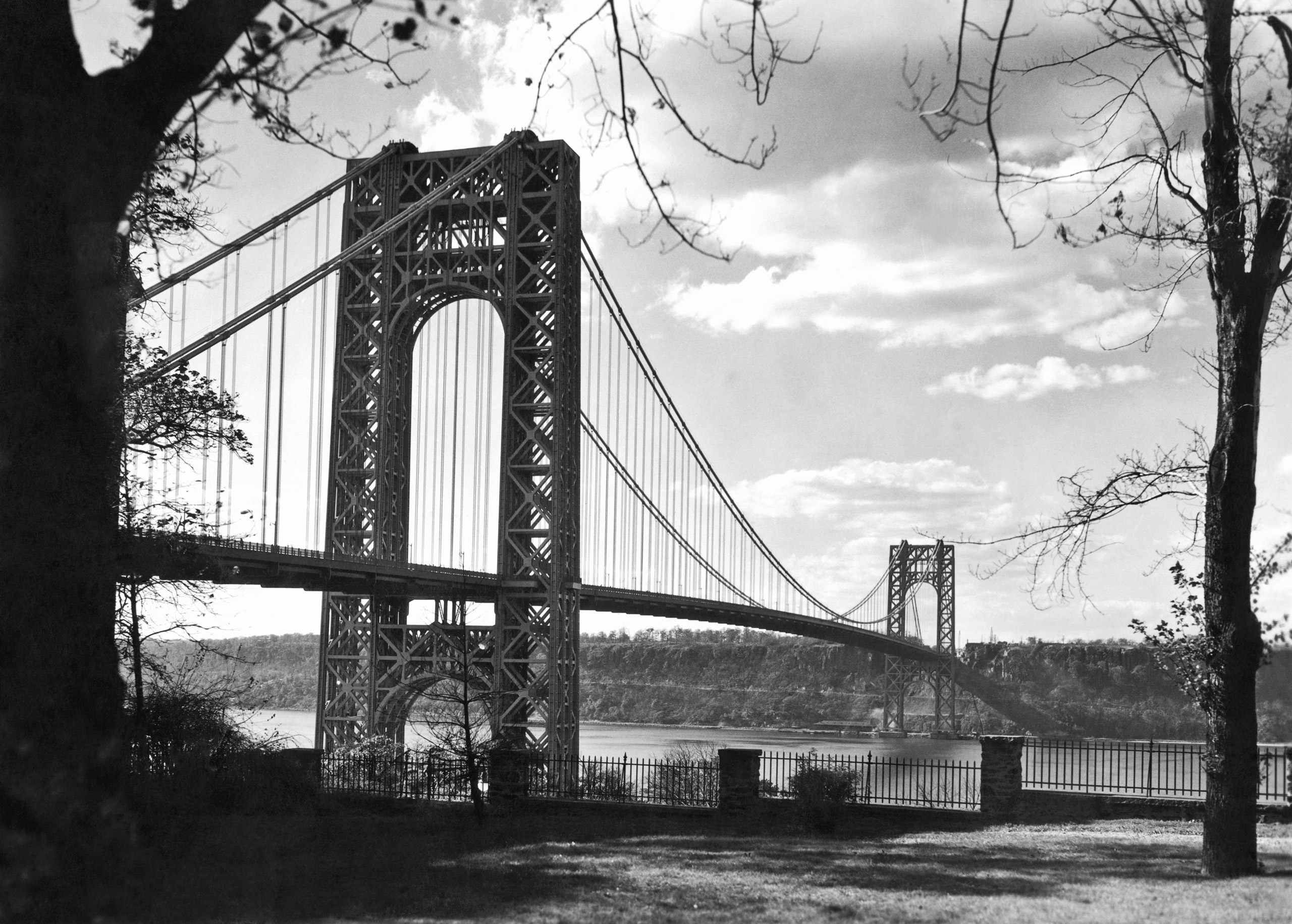 View of the George Washington Bridge from Washington Heights in Manhattan across to Fort Lee in New Jersey, 1932.