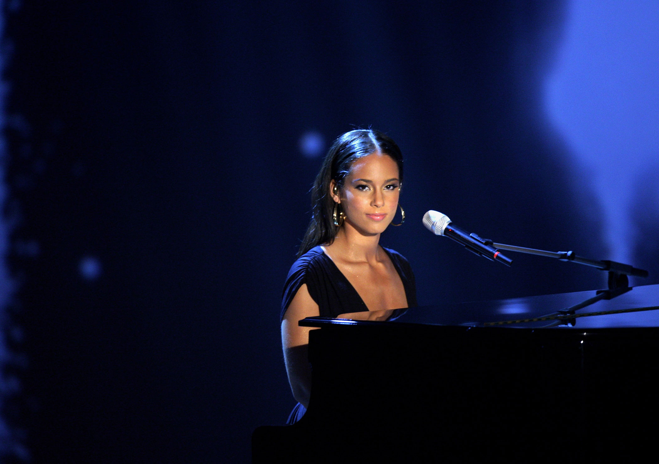<b>Alicia Keys</b>, together with Jack White, sang the theme song for  <i>Quantum of Solace</i>.